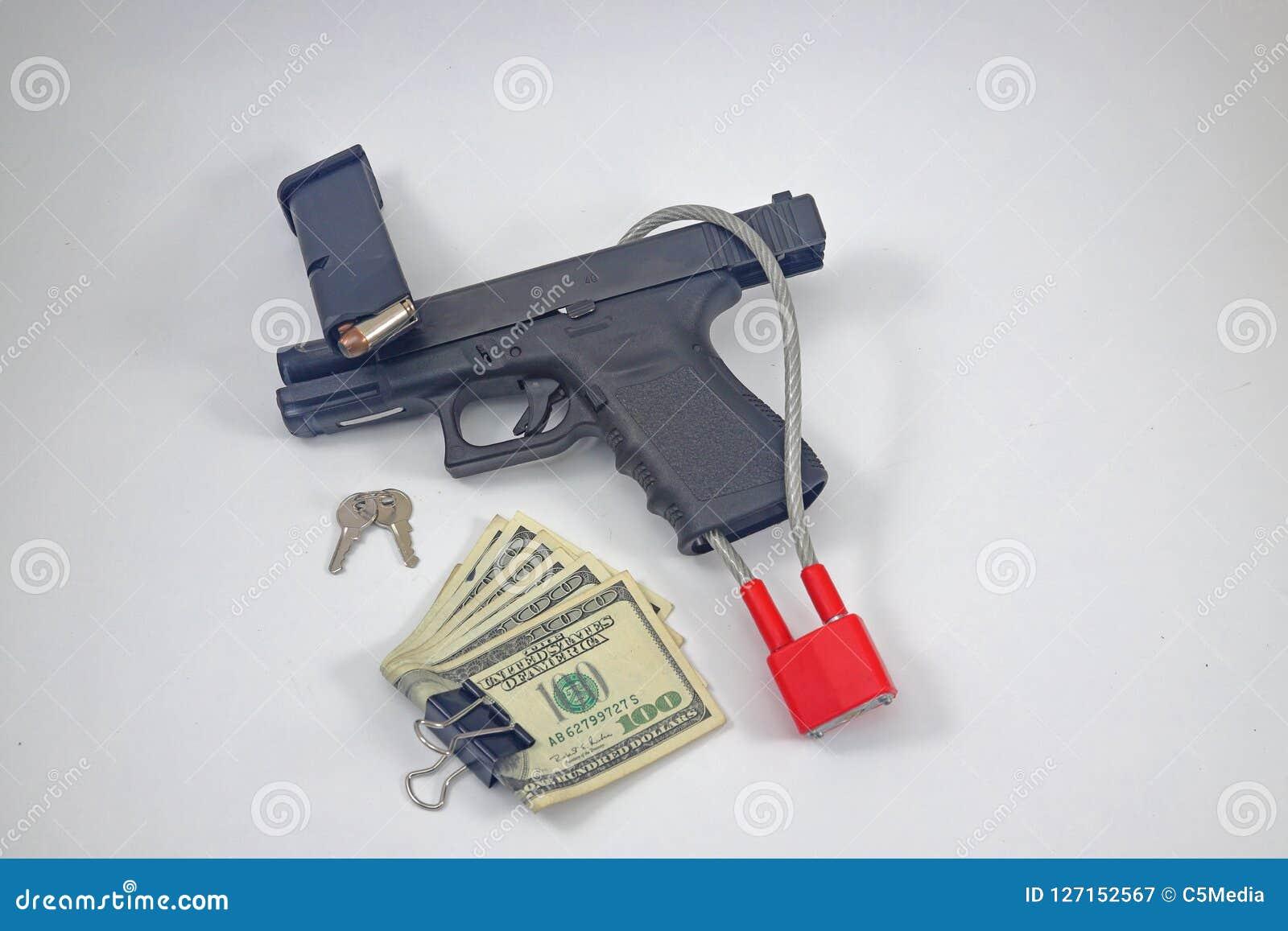 有锁和现金金钱的手枪