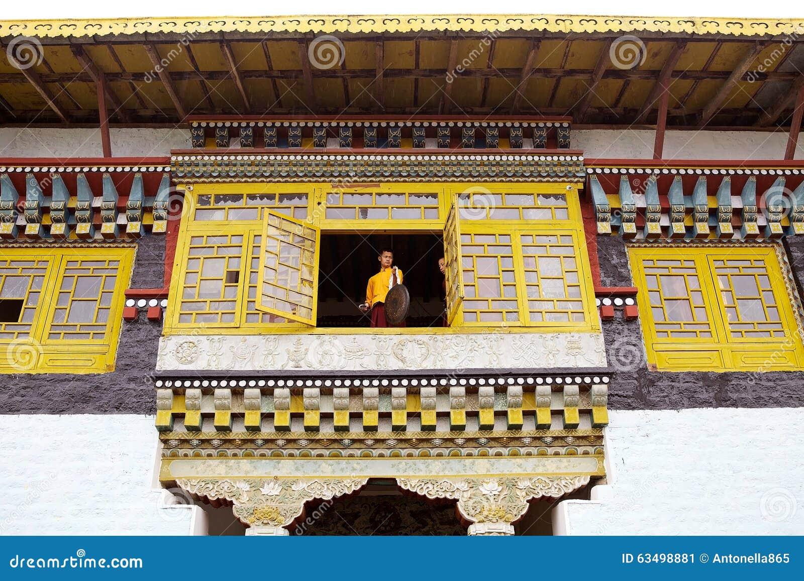 有锣的在Sanghak Choeling修道院,锡金,印度和尚