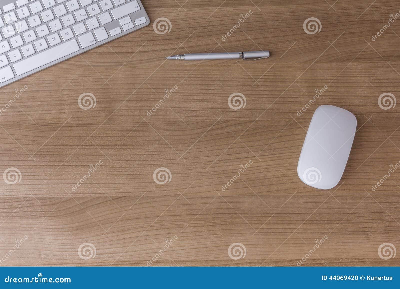 有键盘和老鼠的书桌