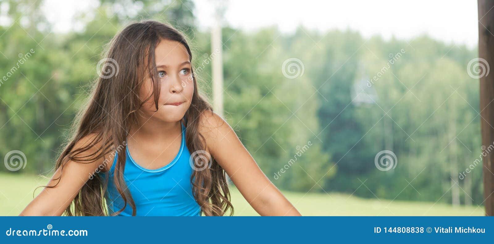 有长发的白种人女孩在泳装 E