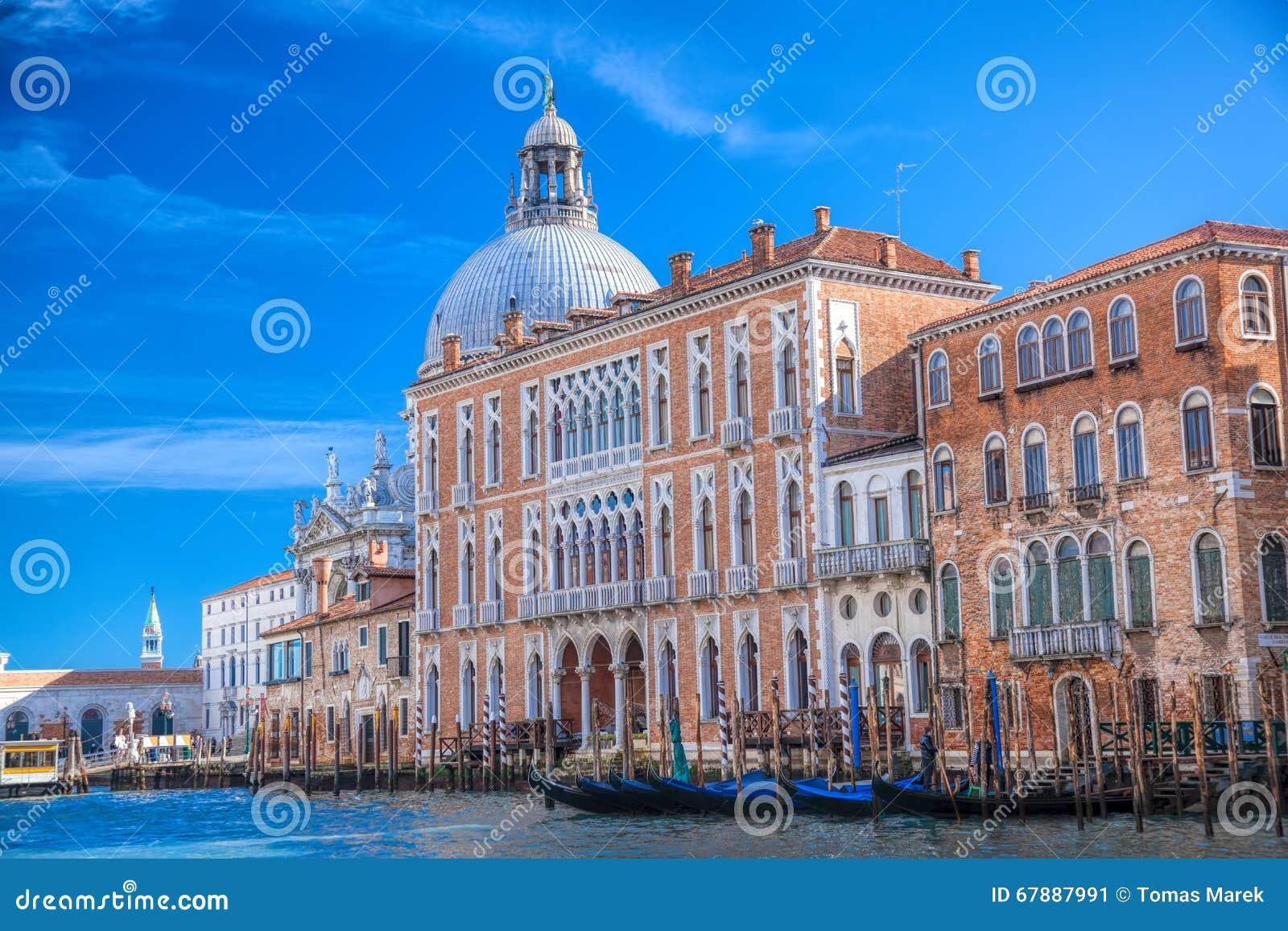 有长平底船的大运河在威尼斯,意大利