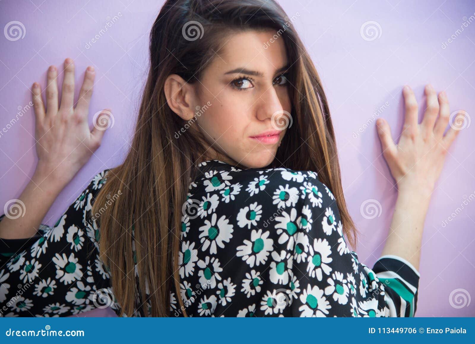 有长的头发的深色的女孩,有花服雏菊fashio的