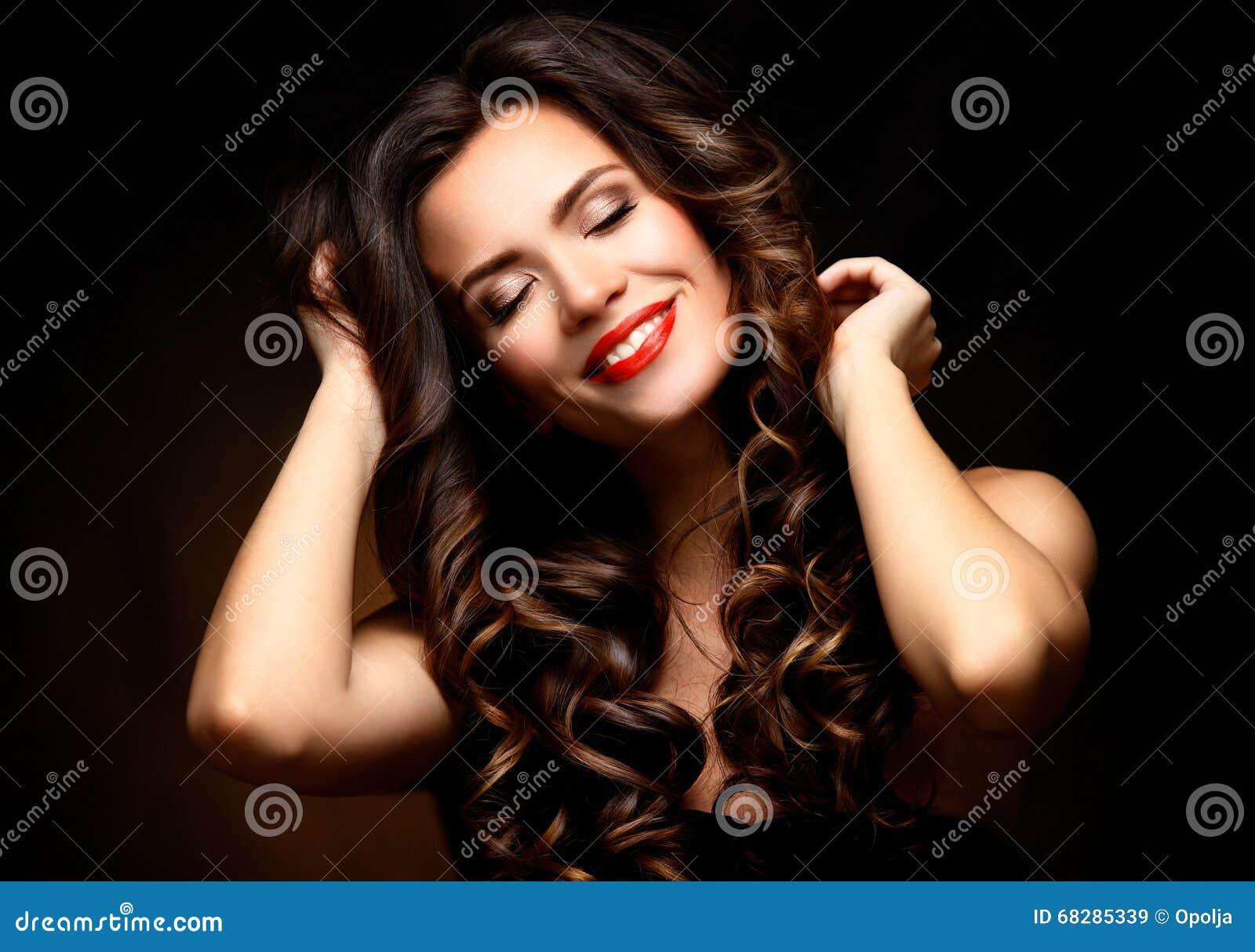 有长的布朗波浪发的秀丽式样妇女 健康头发和美好的专业构成 红色嘴唇和发烟性眼睛