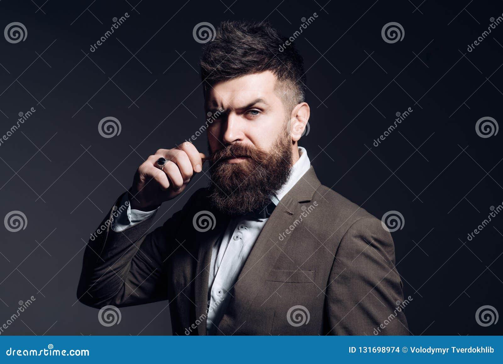 有长的胡子的人在企业穿戴 作为通常的商业 有胡子的人