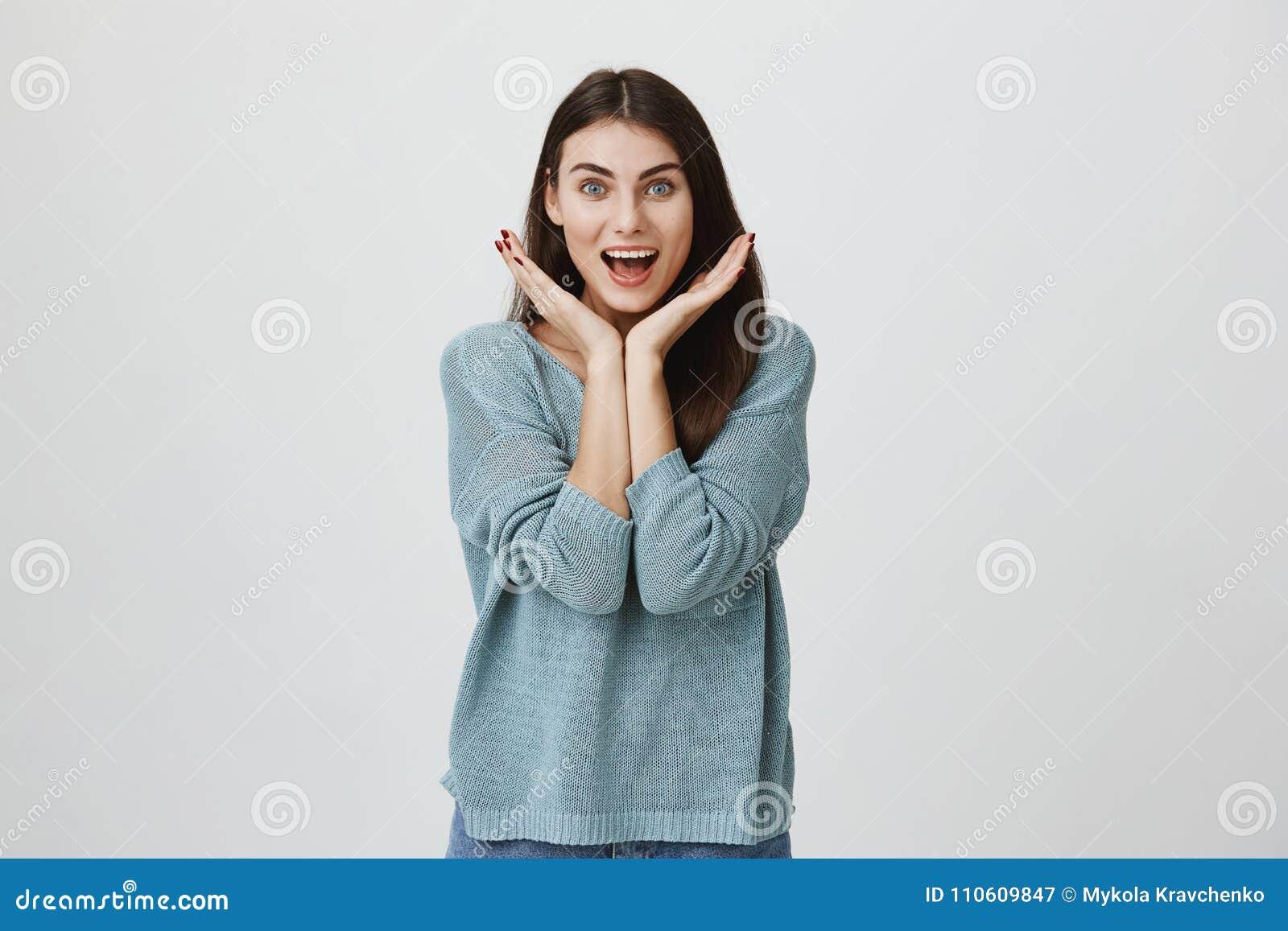 有长的黑发的愉快的高兴的喜悦的妇女和在兴奋的张的嘴,惊叹由于听见好消息或