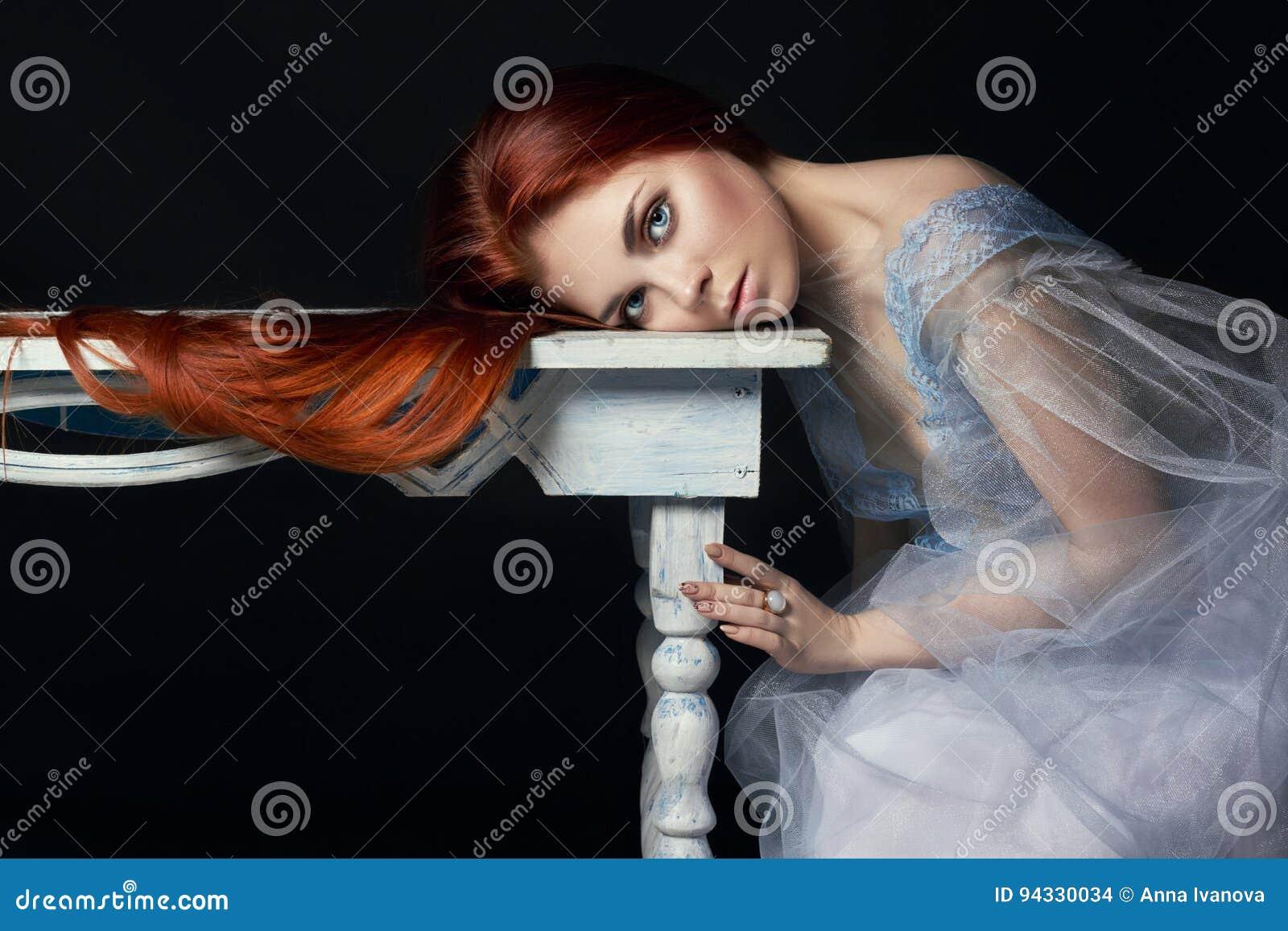 有长的头发完善的妇女画象的性感的美丽的红头发人女孩在黑背景 华美的头发和深眼睛 自然的秀丽