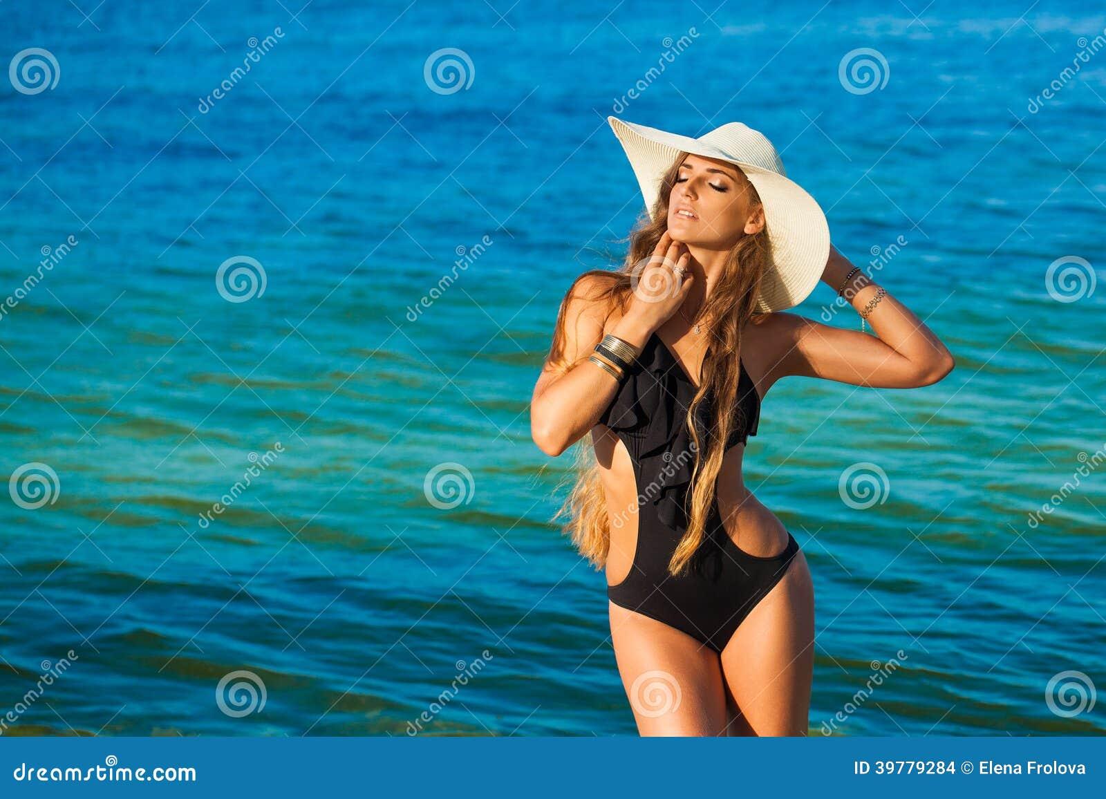 扒开少妇b就添_有长的头发的美丽的少妇在b的草帽海