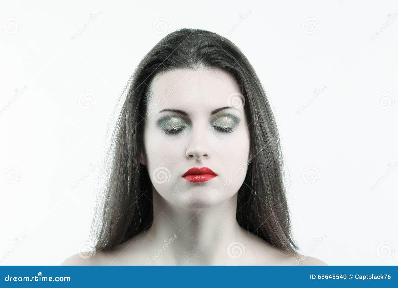 闭上�9�/9/h9�9��o^�_有闭上的眼睛的白皮肤妇女