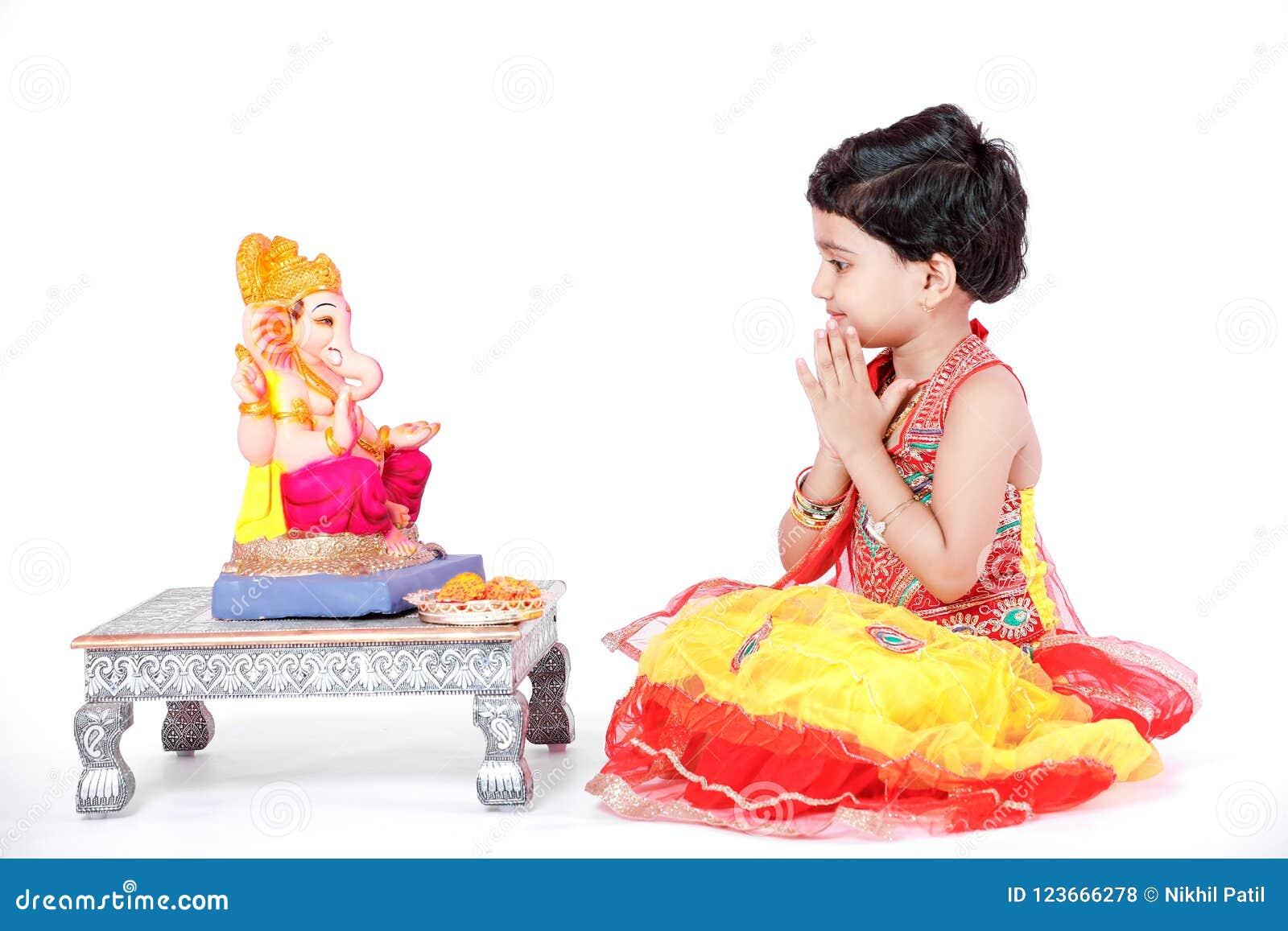 有阁下ganesha和祈祷的小印地安女孩孩子,印地安ganesh节日