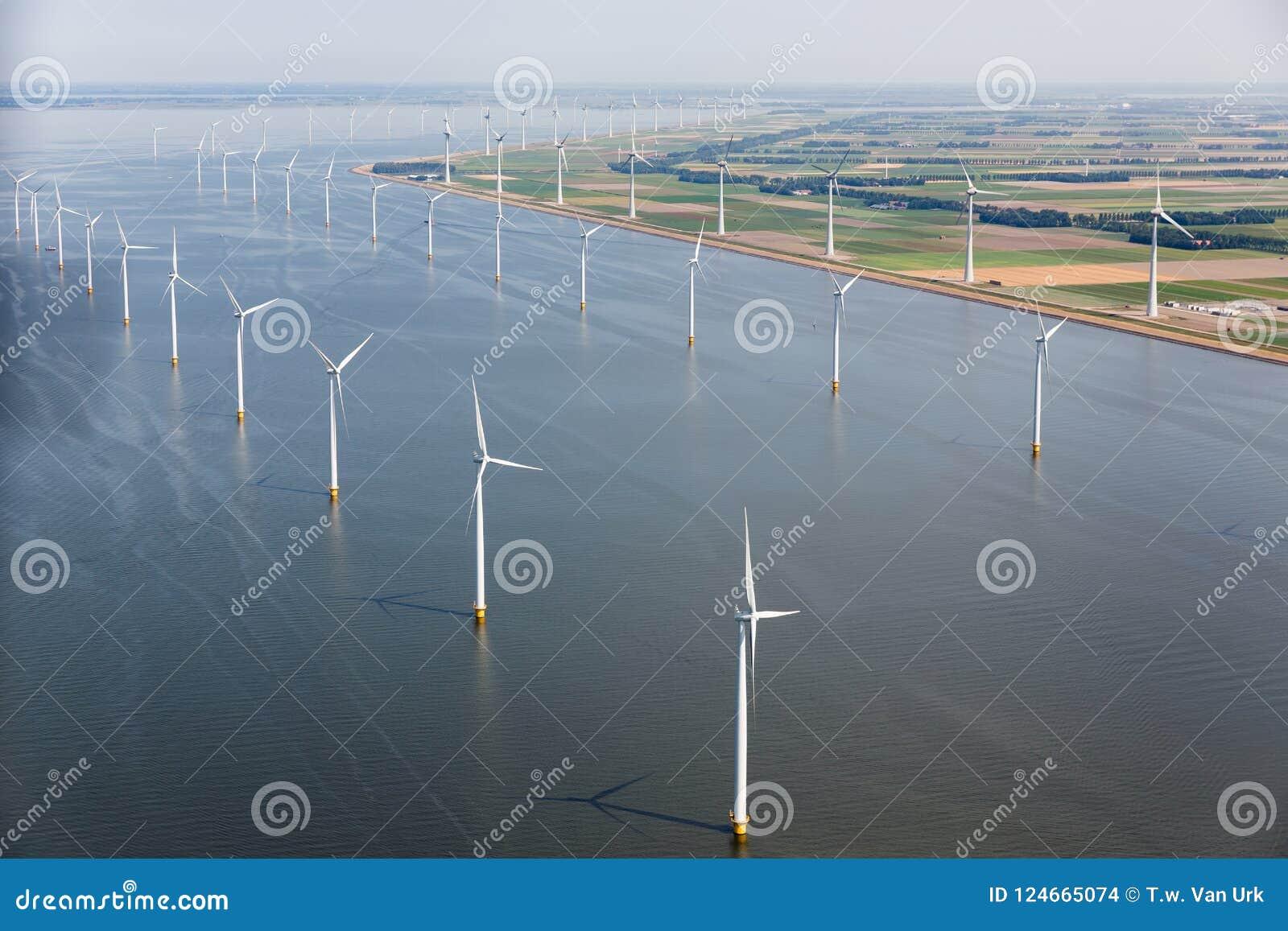 有陆风涡轮的鸟瞰图荷兰海沿海岸
