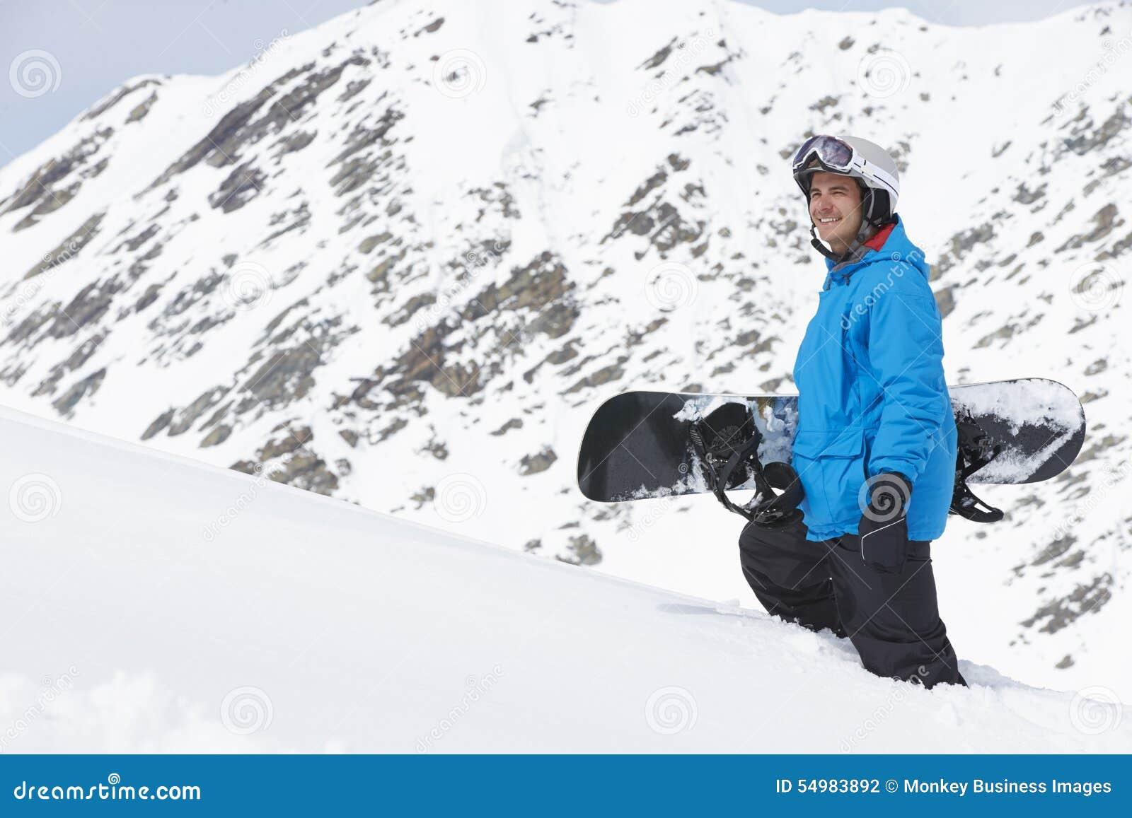 有雪板的人在山的滑雪假日