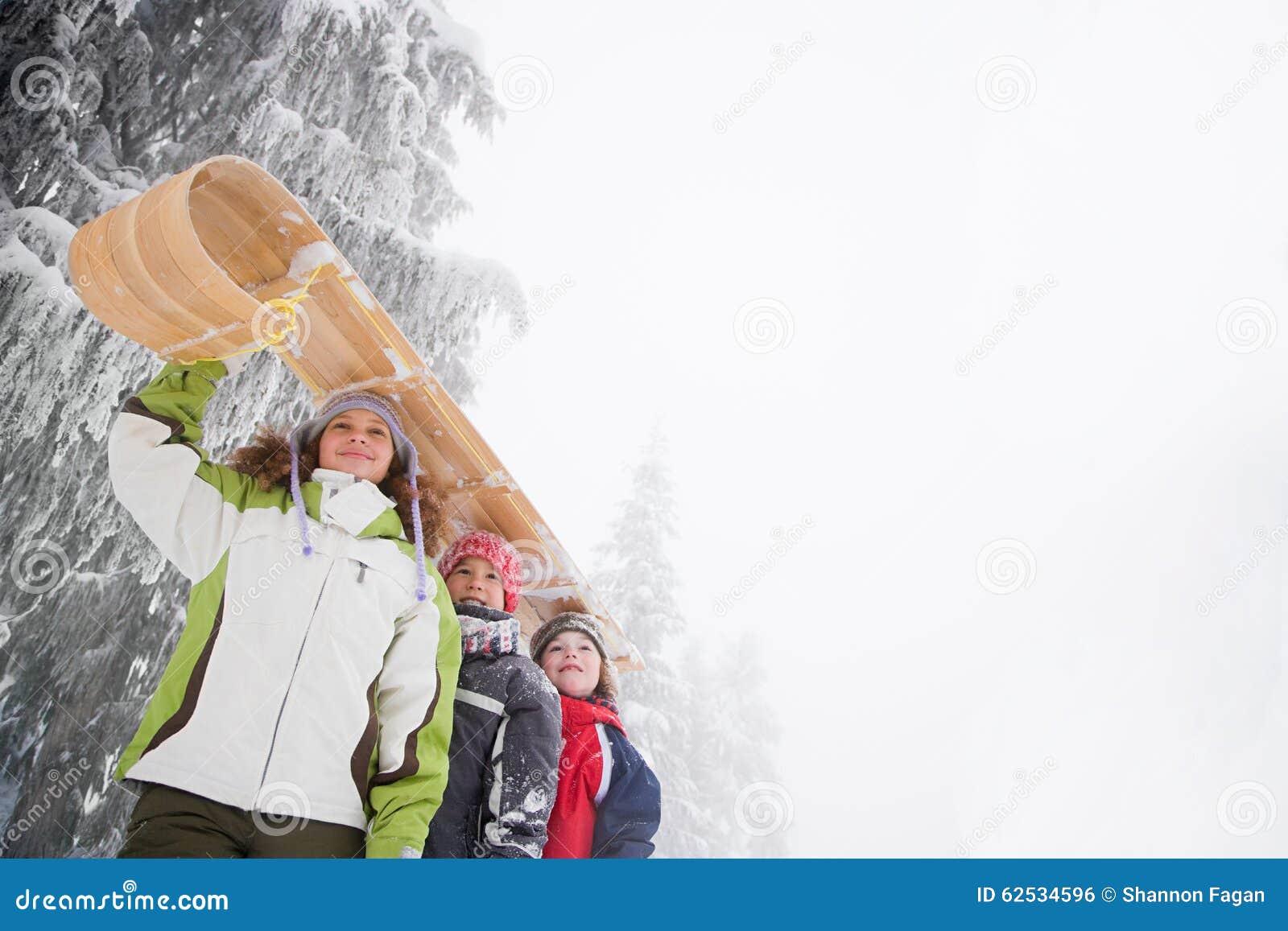 有雪橇的孩子