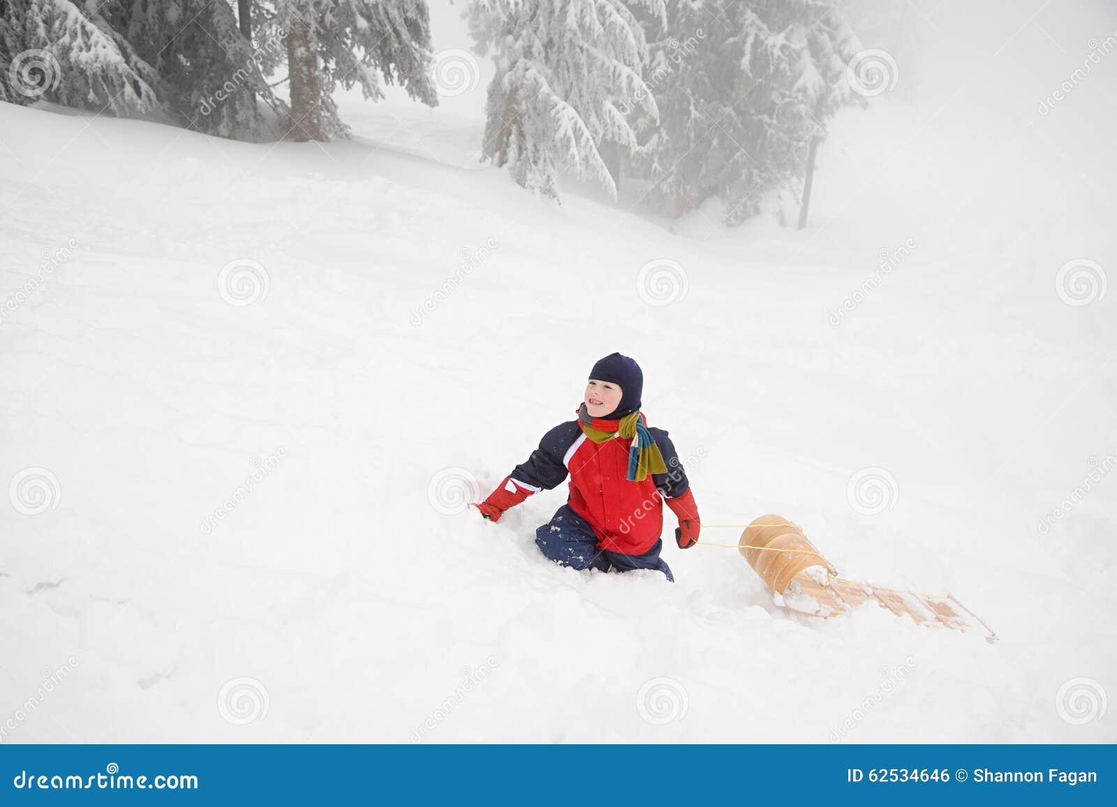 有雪橇的男孩