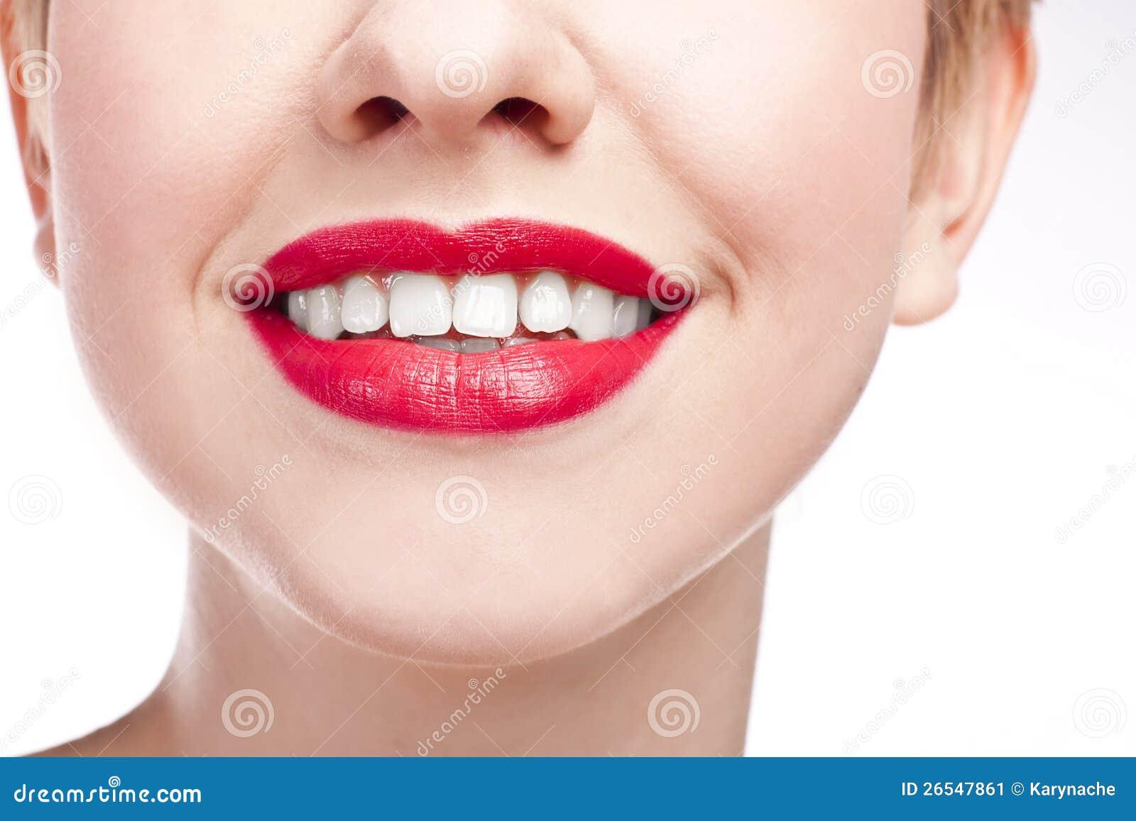 有雪白微笑的女孩。 红色唇膏