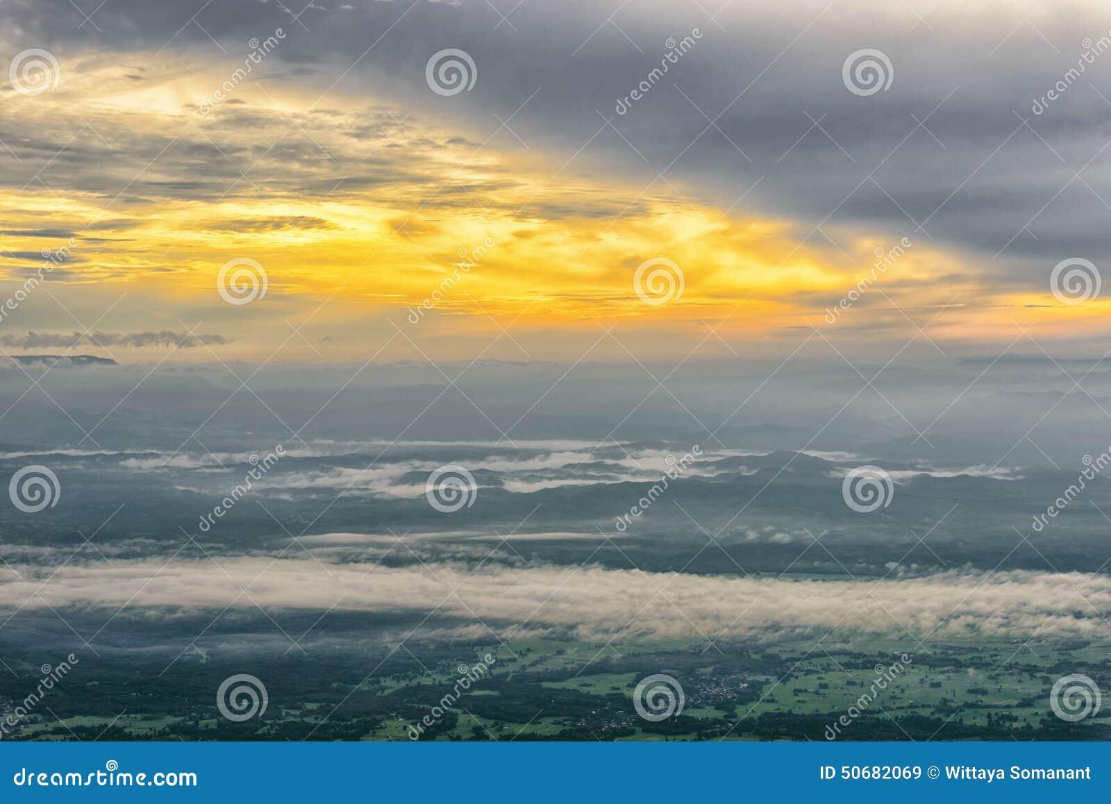 Download 有雾的早晨 库存图片. 图片 包括有 小山, 横向, 聚会所, 亮光, 部落, 结构树, 晒裂, 森林, 海运 - 50682069