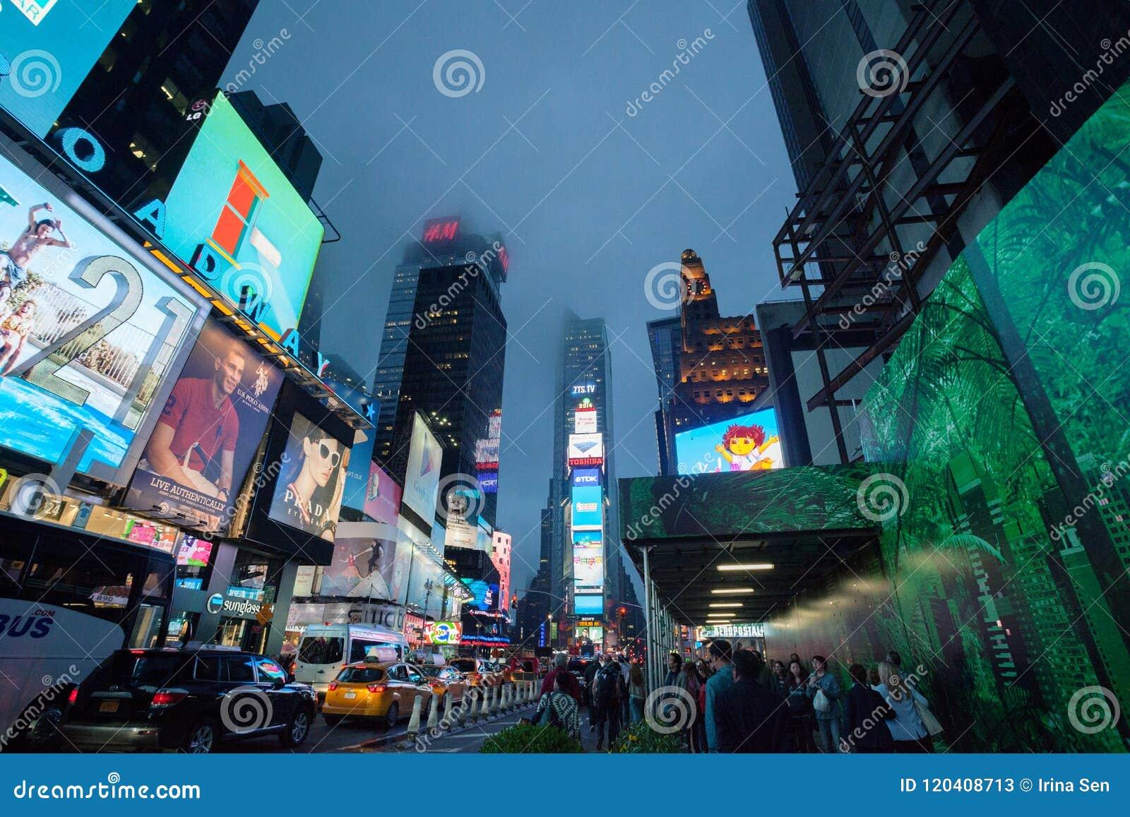 有雾的曼哈顿-夜交通附近的时代广场,纽约,中间地区,曼哈顿 纽约,团结状态