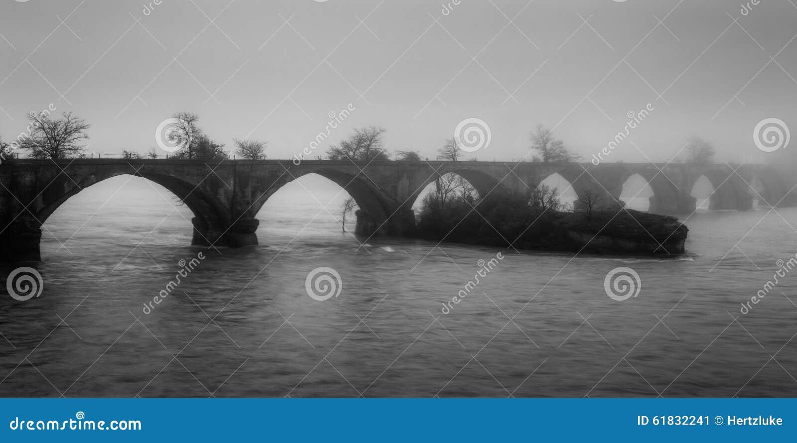 有雾的桥梁