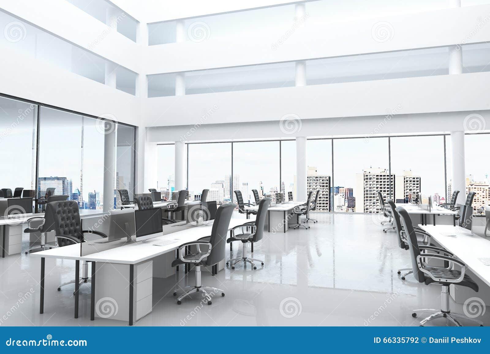 有露天场所和大窗口的现代办公室