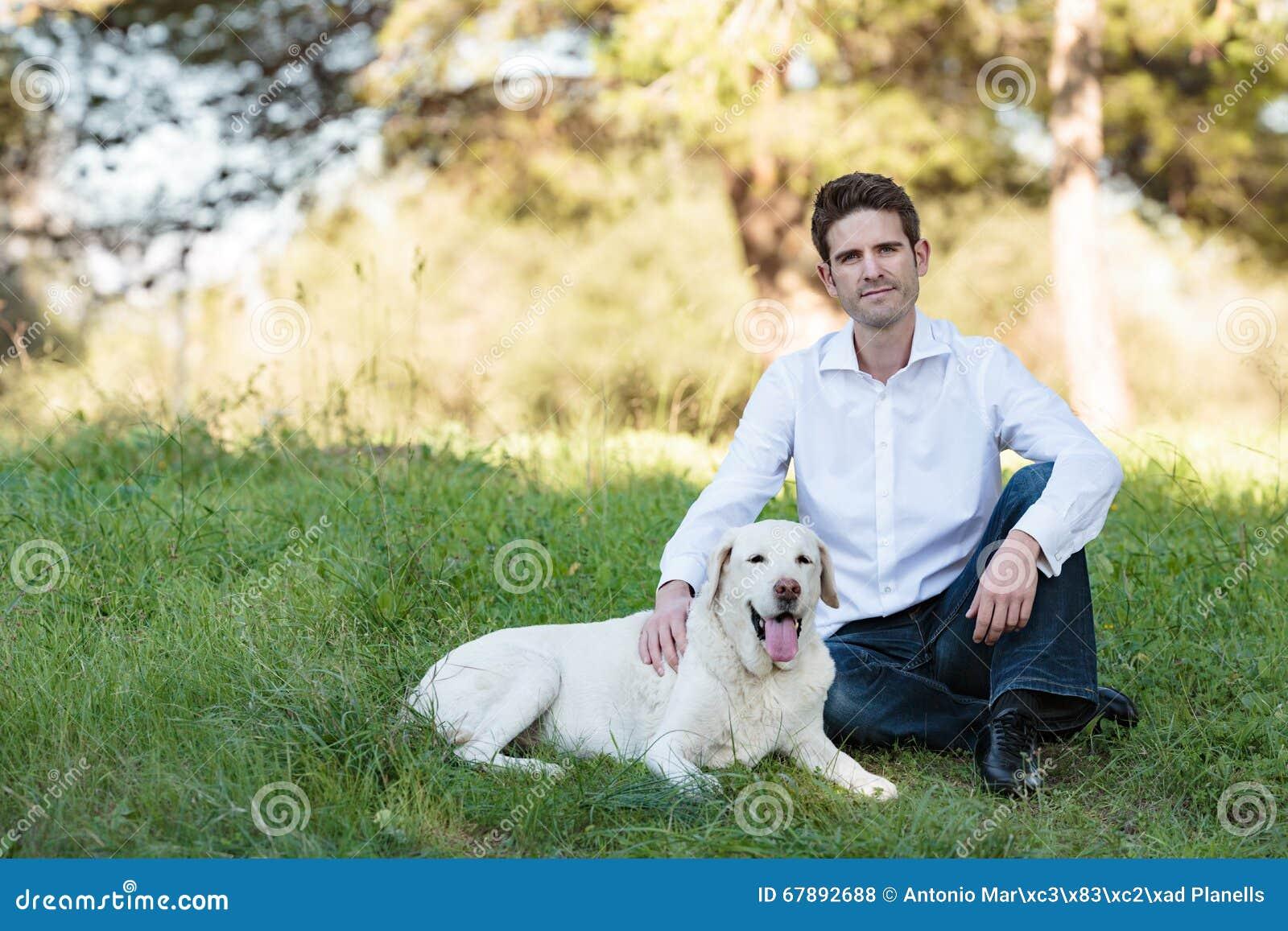有非常老狗的年轻人在公园