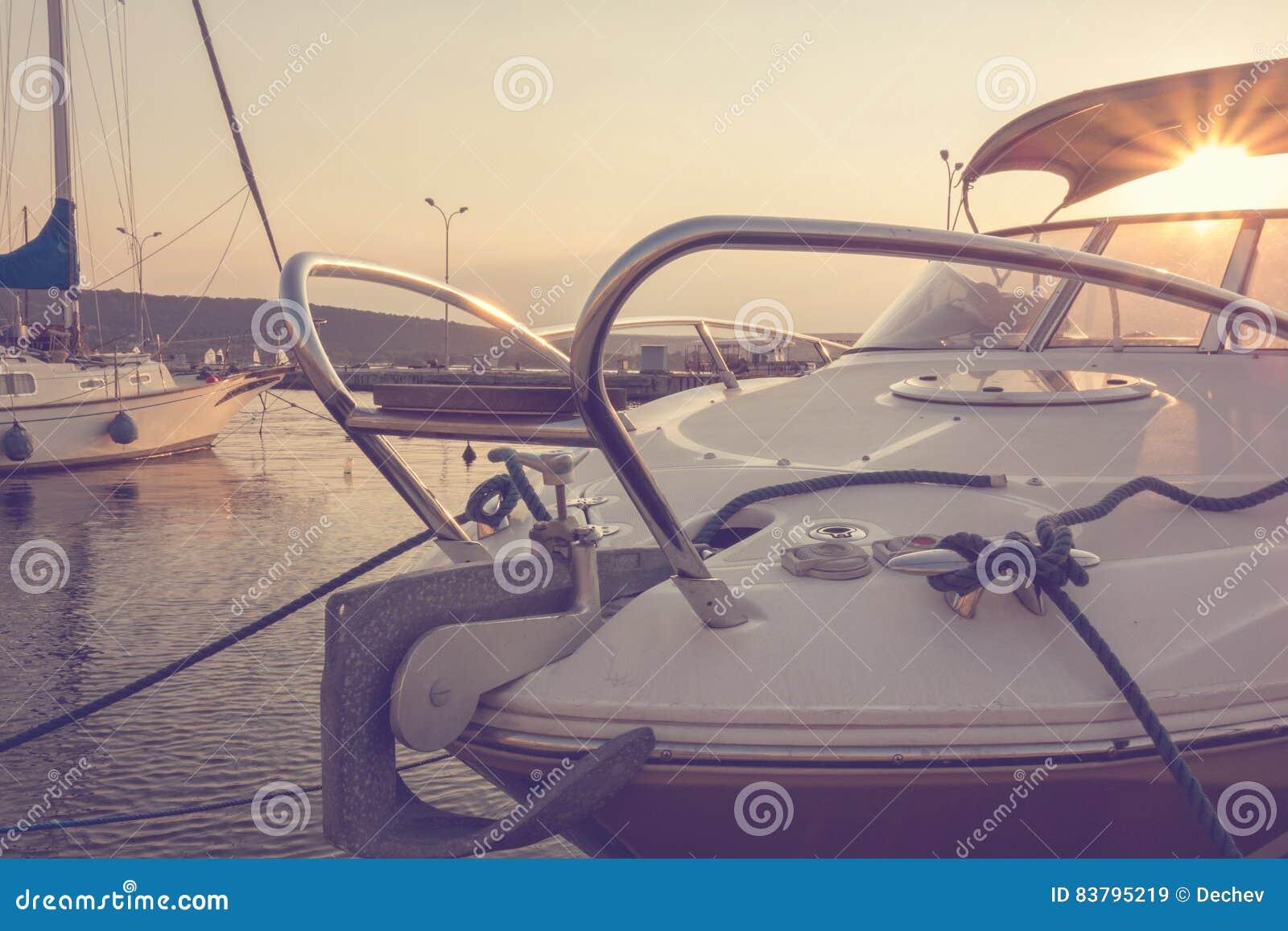 有靠码头的游艇的小游艇船坞在日落 乘快艇 航行 汽车城市概念都伯林映射小的旅行 假期
