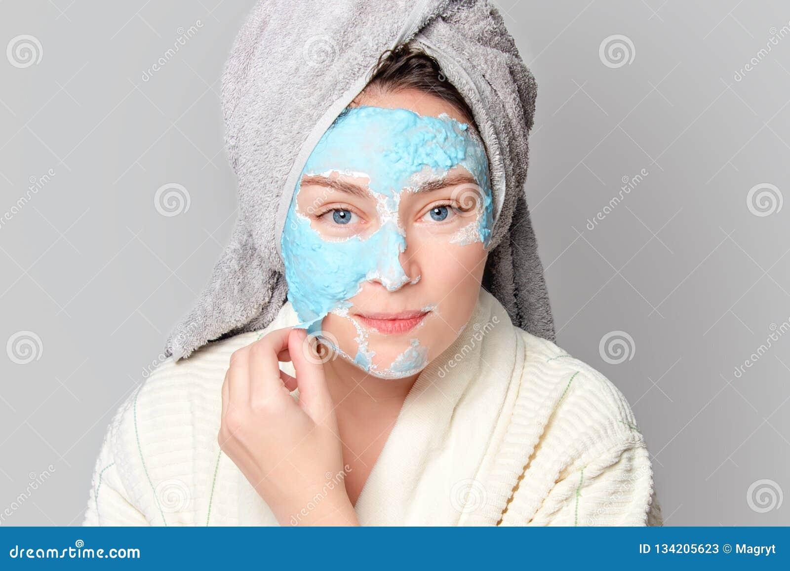 有面部黏土面具的妇女在温泉沙龙或在家,skincare题材 女孩去除藻酸盐化妆面具 面膜,温泉