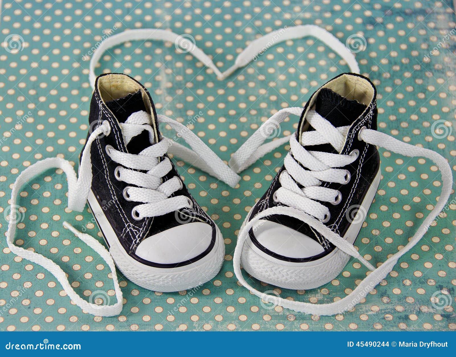 有鞋带心脏的运动鞋