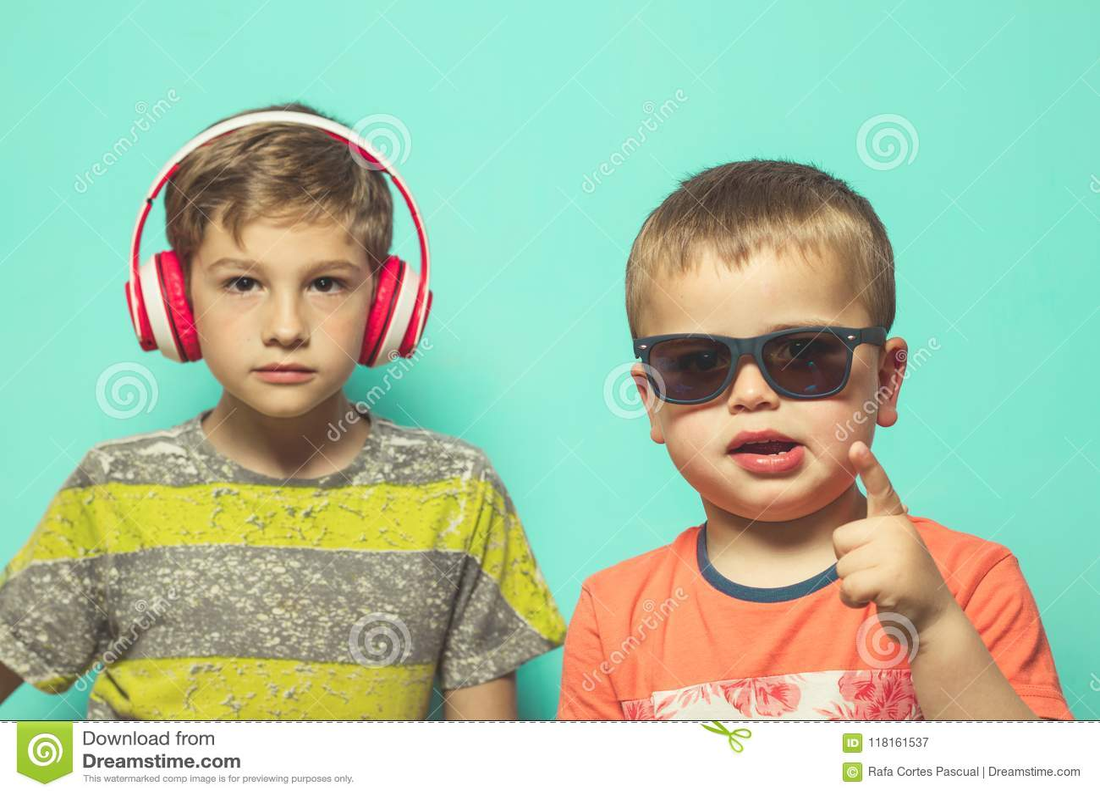 有音乐盔甲和太阳镜的孩子