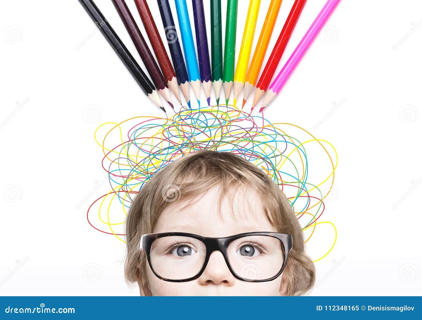 有颜色铅笔和线的逗人喜爱的小男孩头