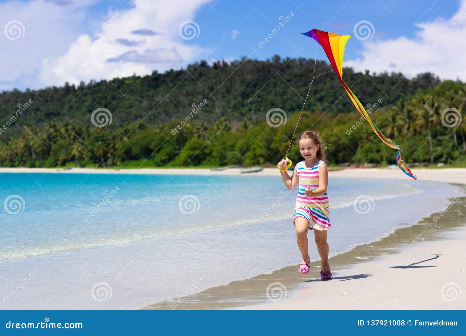 有风筝的孩子 孩子戏剧 家庭海滩假期