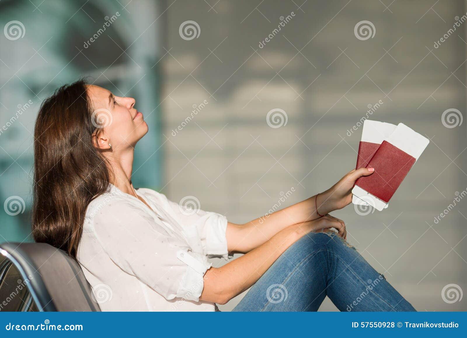 欧美少妇飞机_有飞机票的愉快的少妇和护照在