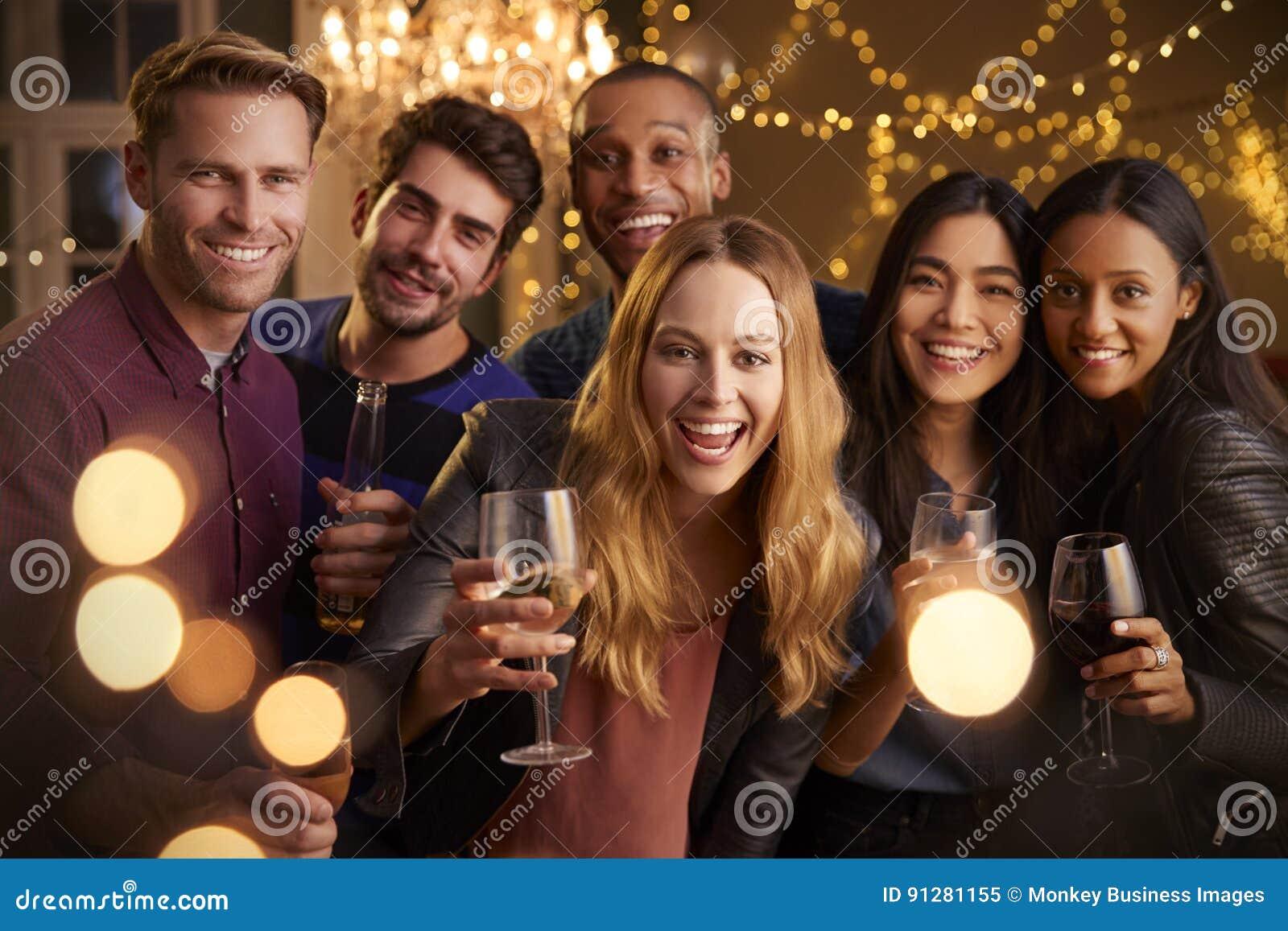 有饮料的享受数日聚会的朋友画象