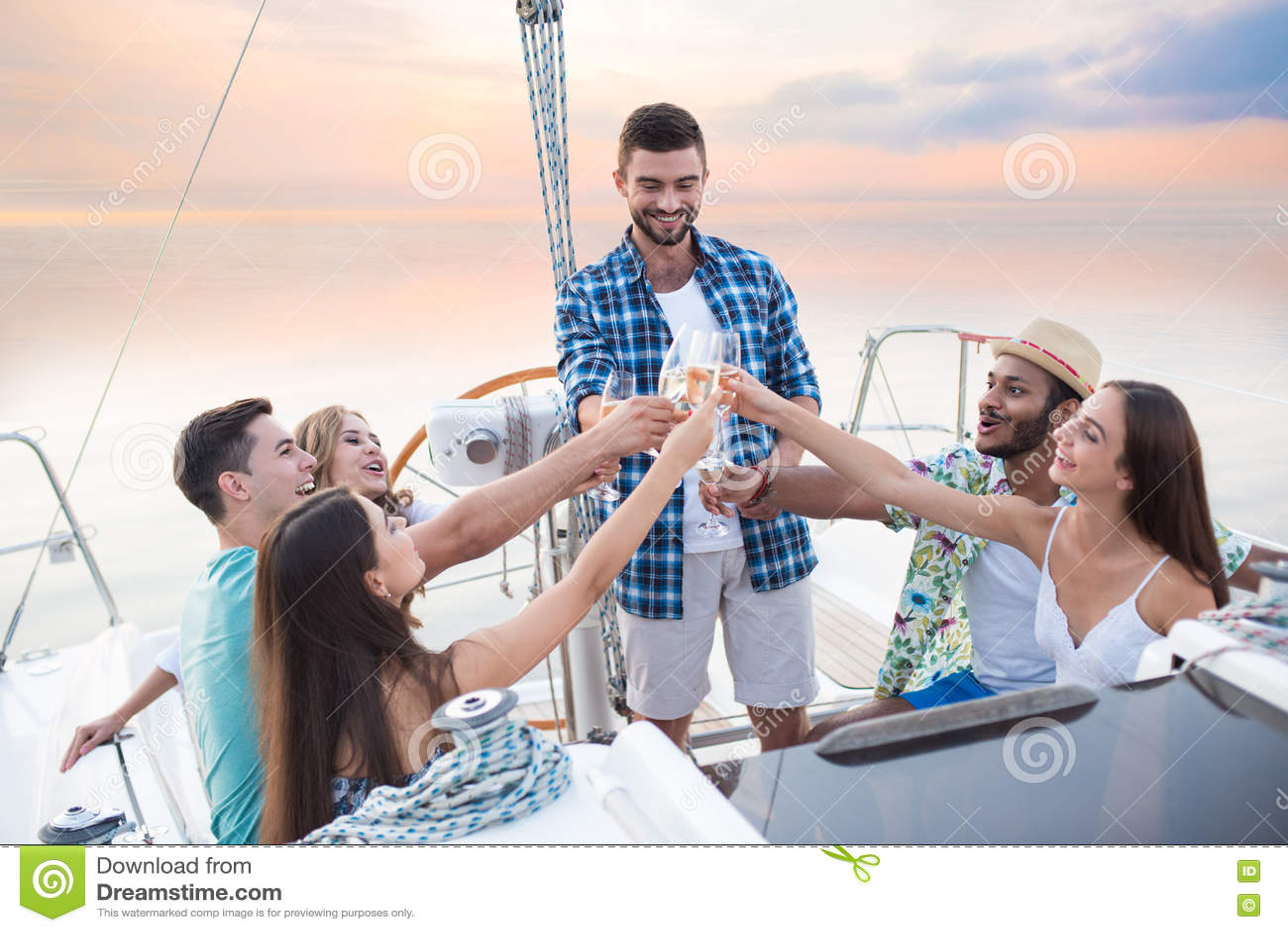 有饮料的人们在游艇
