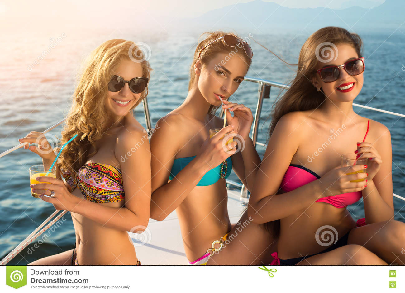 有饮料的女孩在游艇