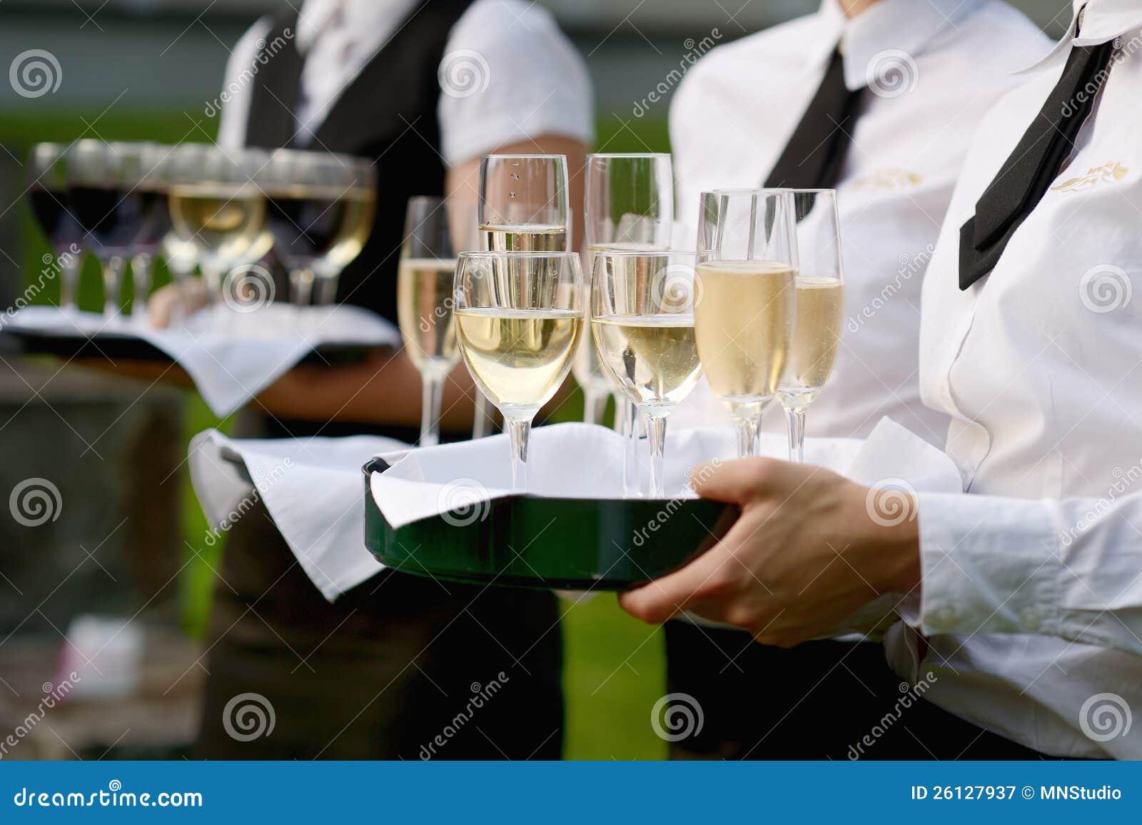 有香槟玻璃盘的女服务员
