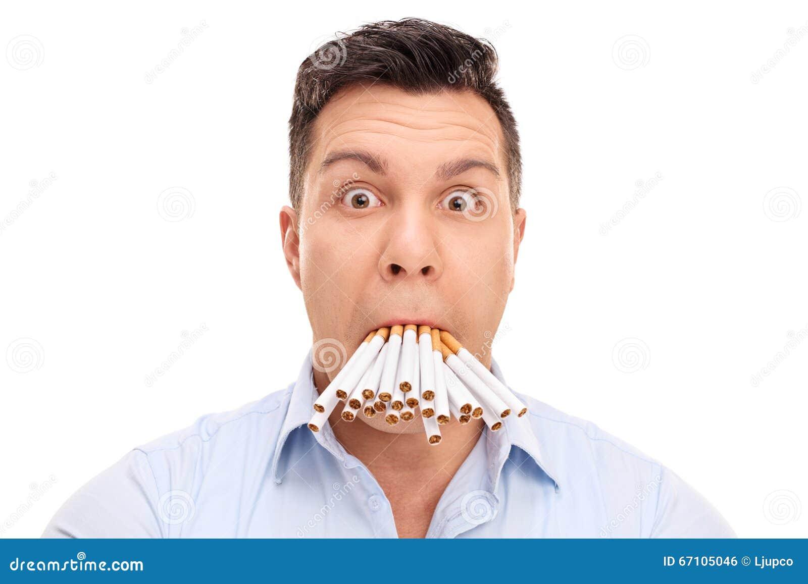 有香烟的被难倒的人在他的嘴