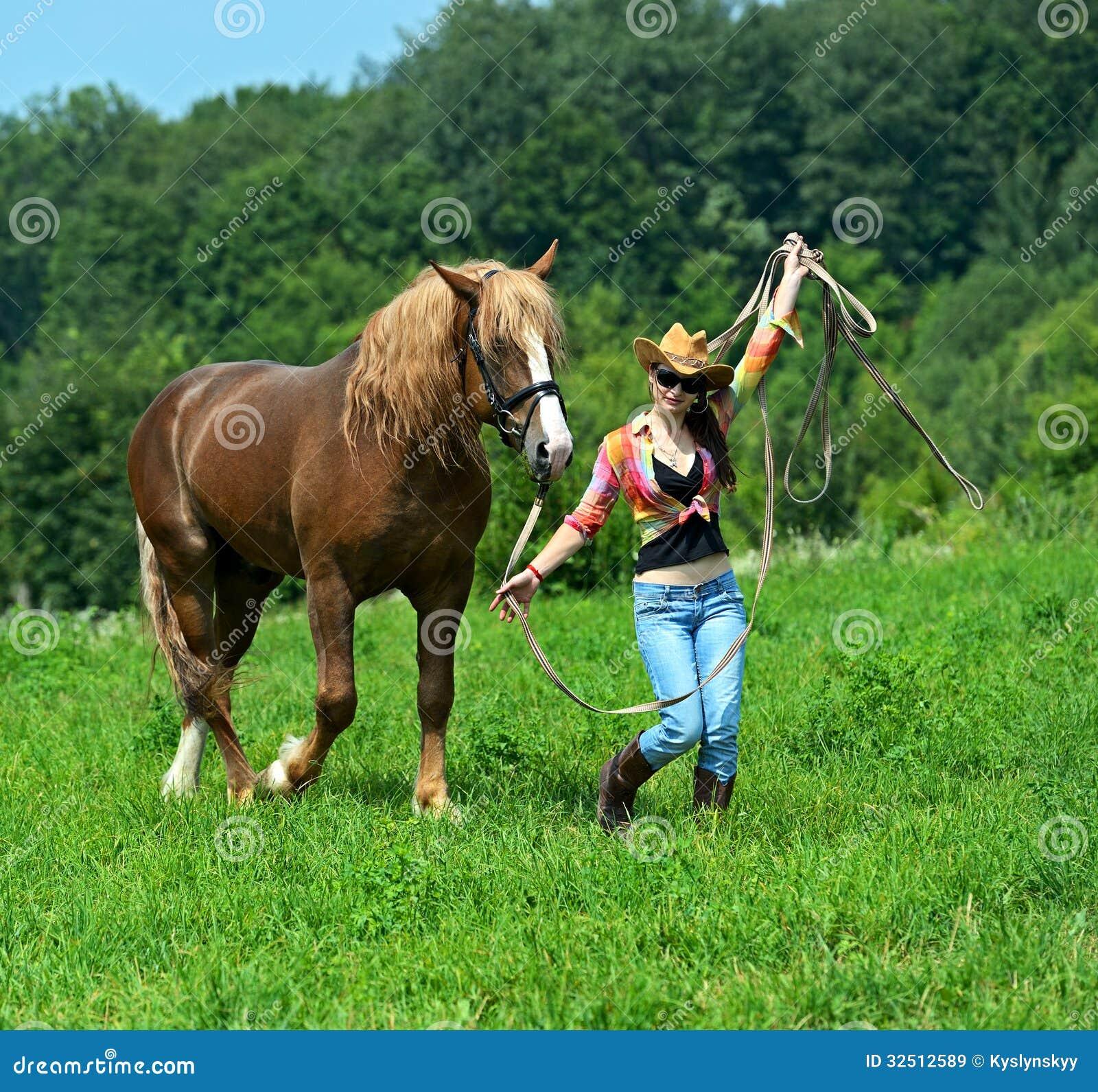 配马女_有马的女孩