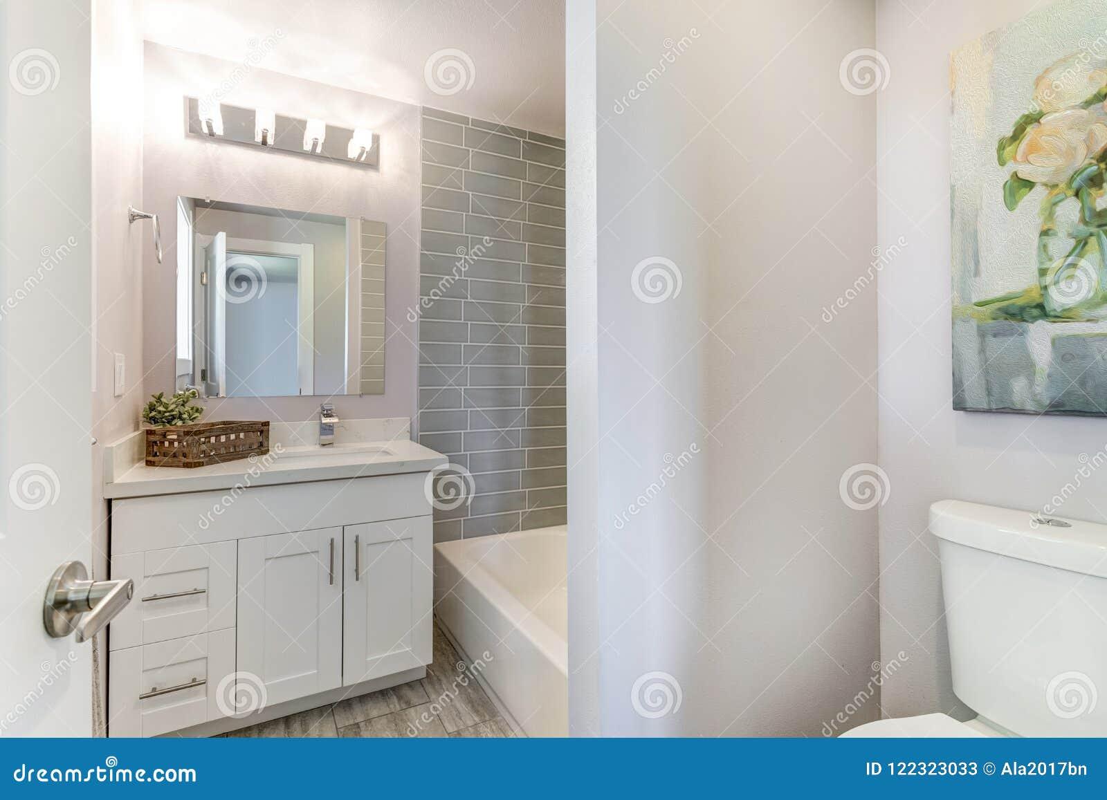 有马赛克的设计好的卫生间铺磁砖了墙壁