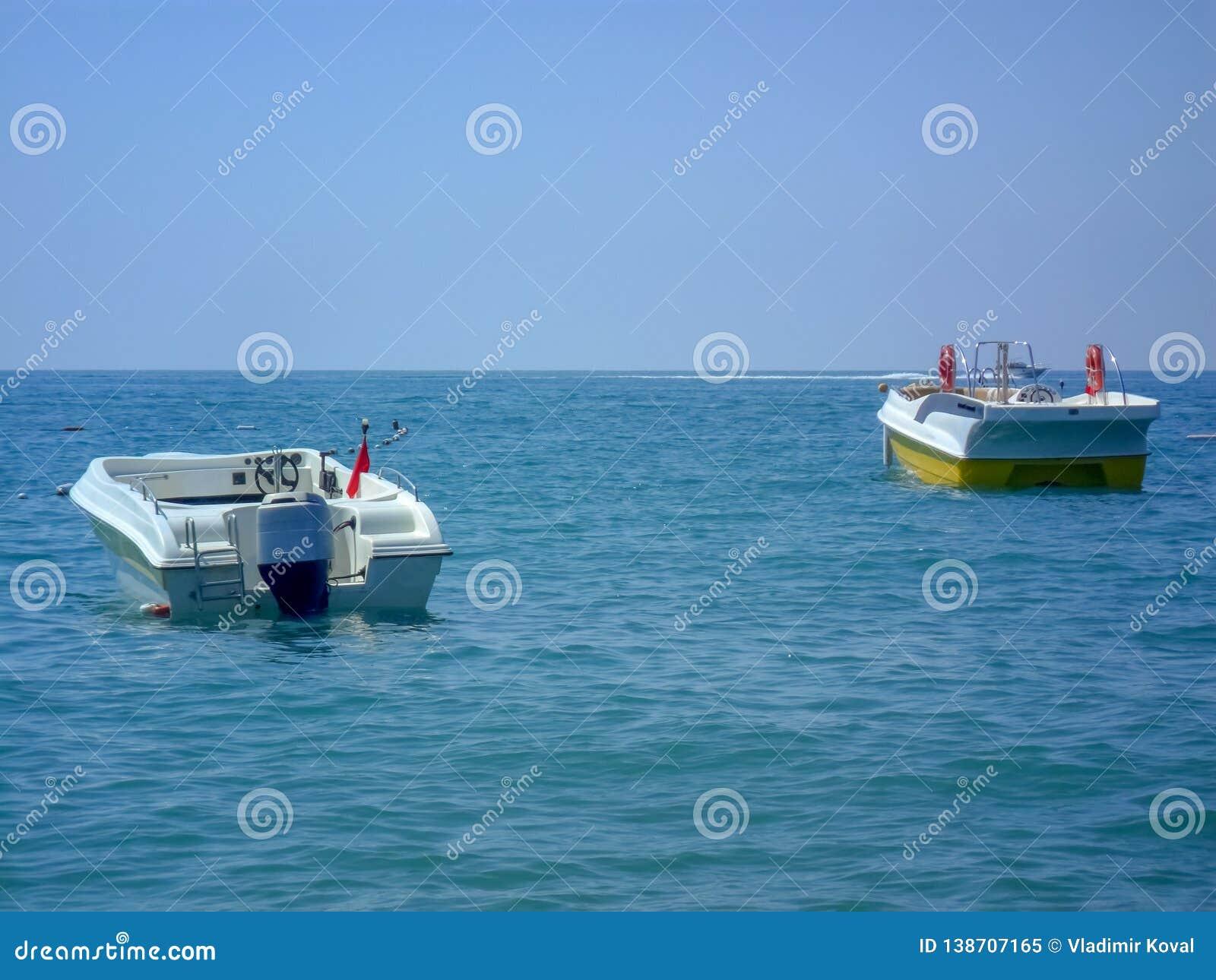 有马达的一条小船停泊以天际为目的