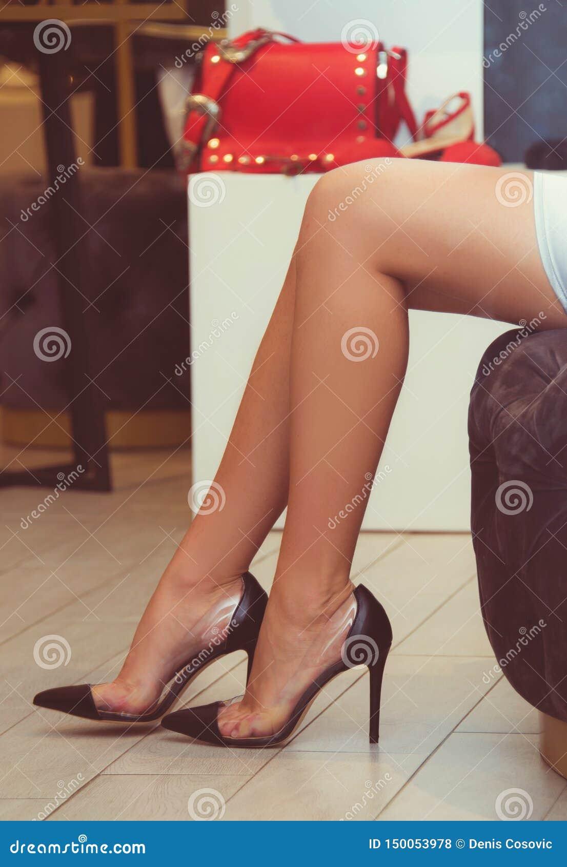 有高跟鞋鞋子的妇女腿春天夏季的