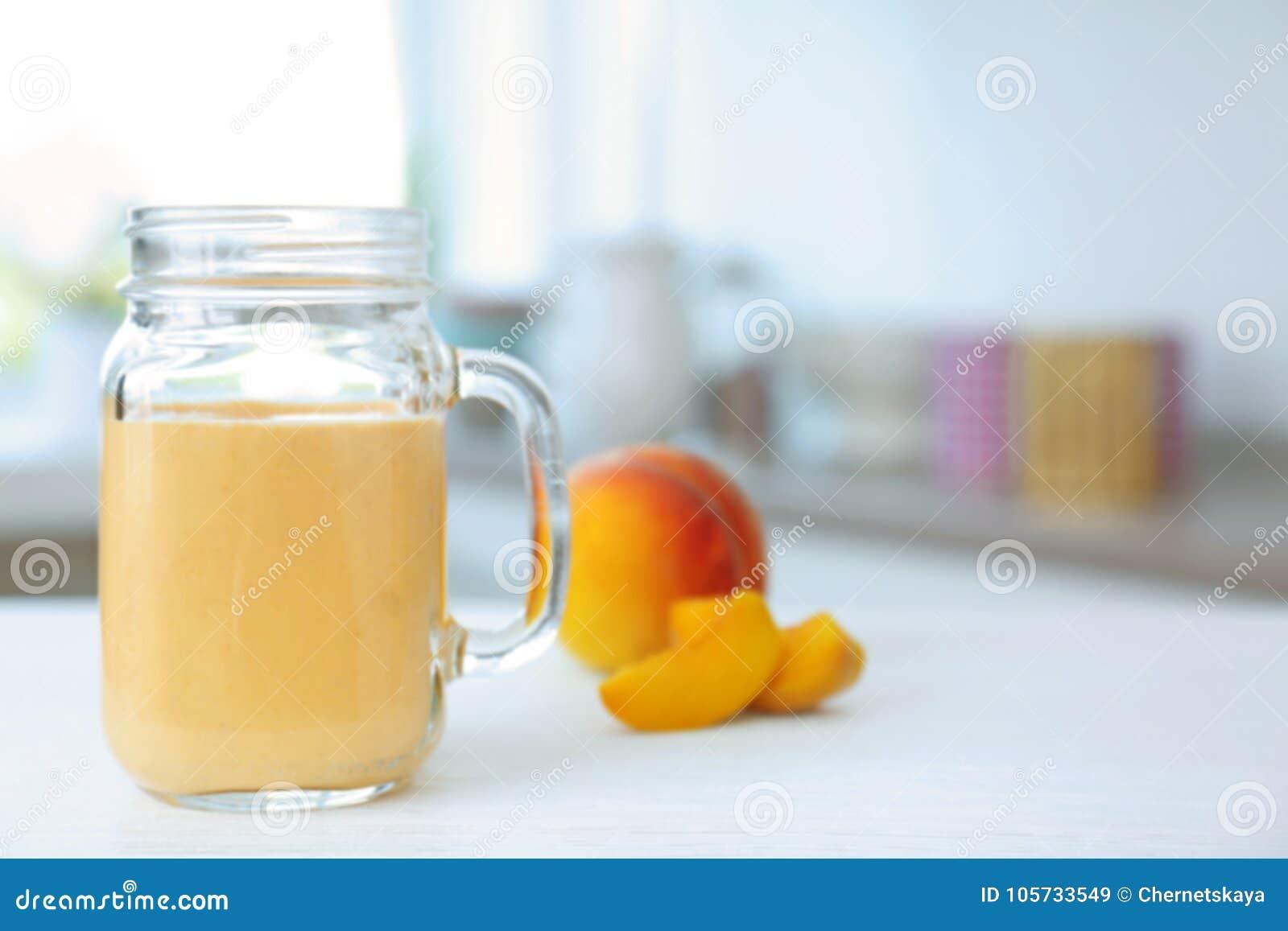 有鲜美圆滑的人和桃子的水罐