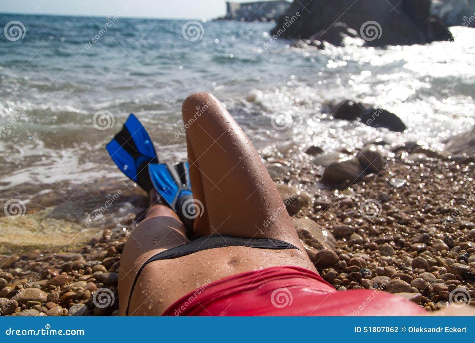有鸭脚板的性感的潜水者女孩