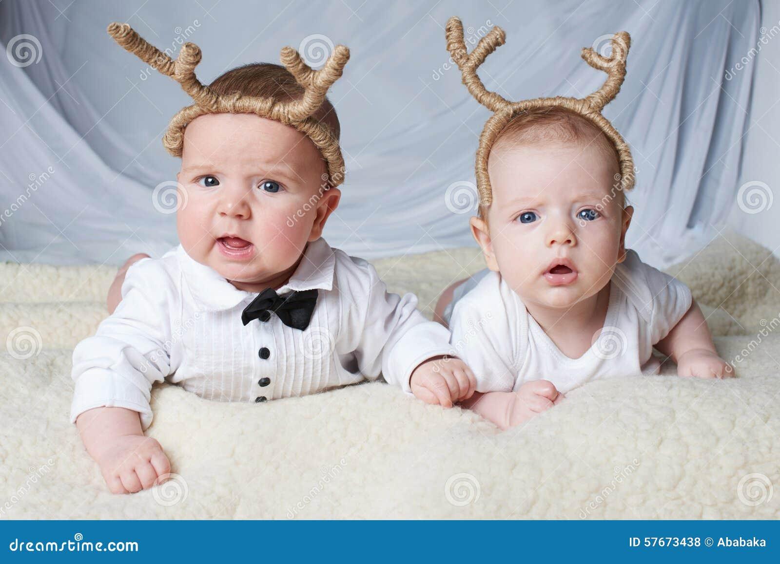 有鹿垫铁的婴孩在明亮的背景