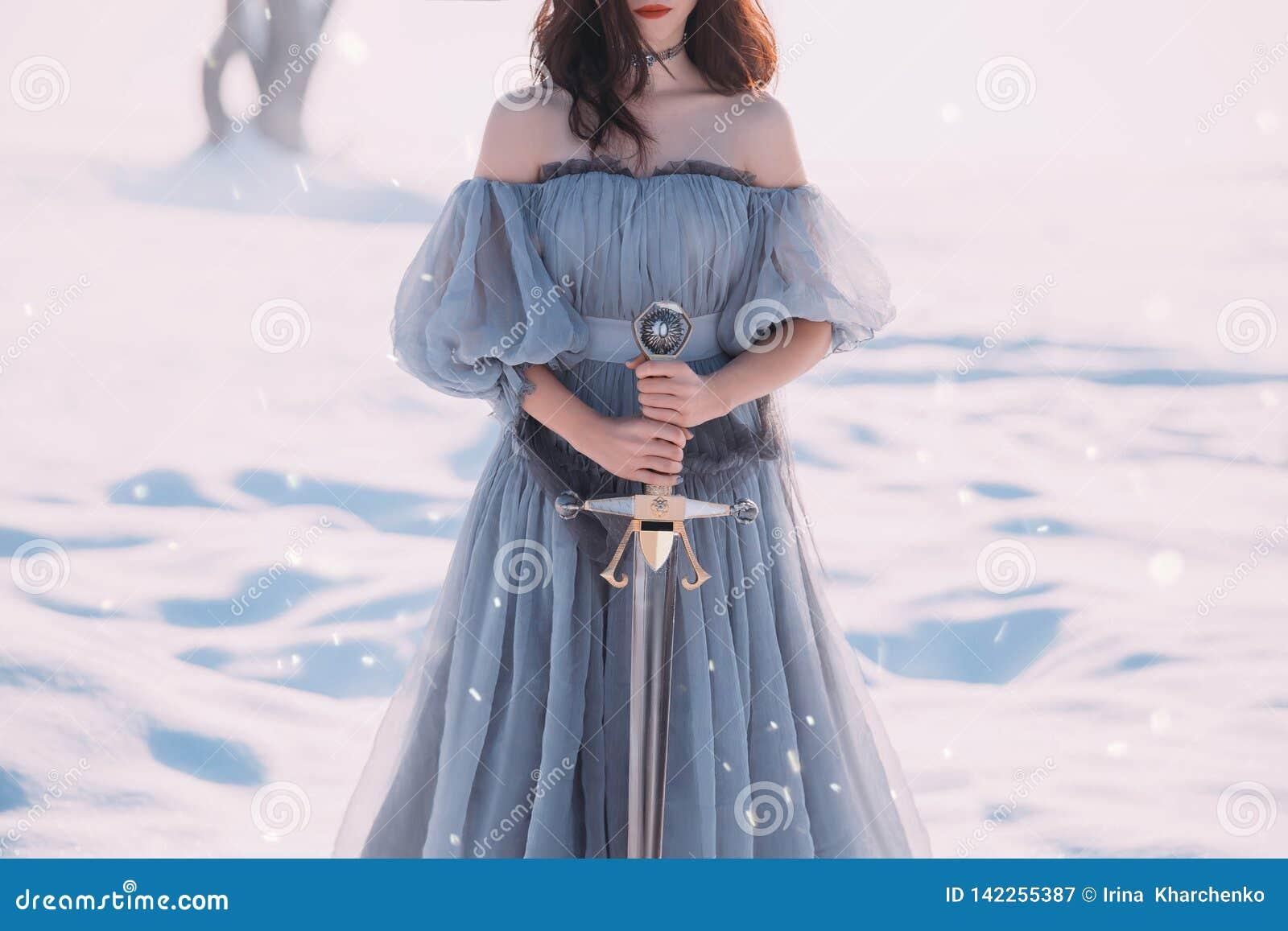 有黑发的好战的女孩在长的灰色葡萄酒光礼服,寒冷的夫人和霜、光秃的开放肩膀和锐利