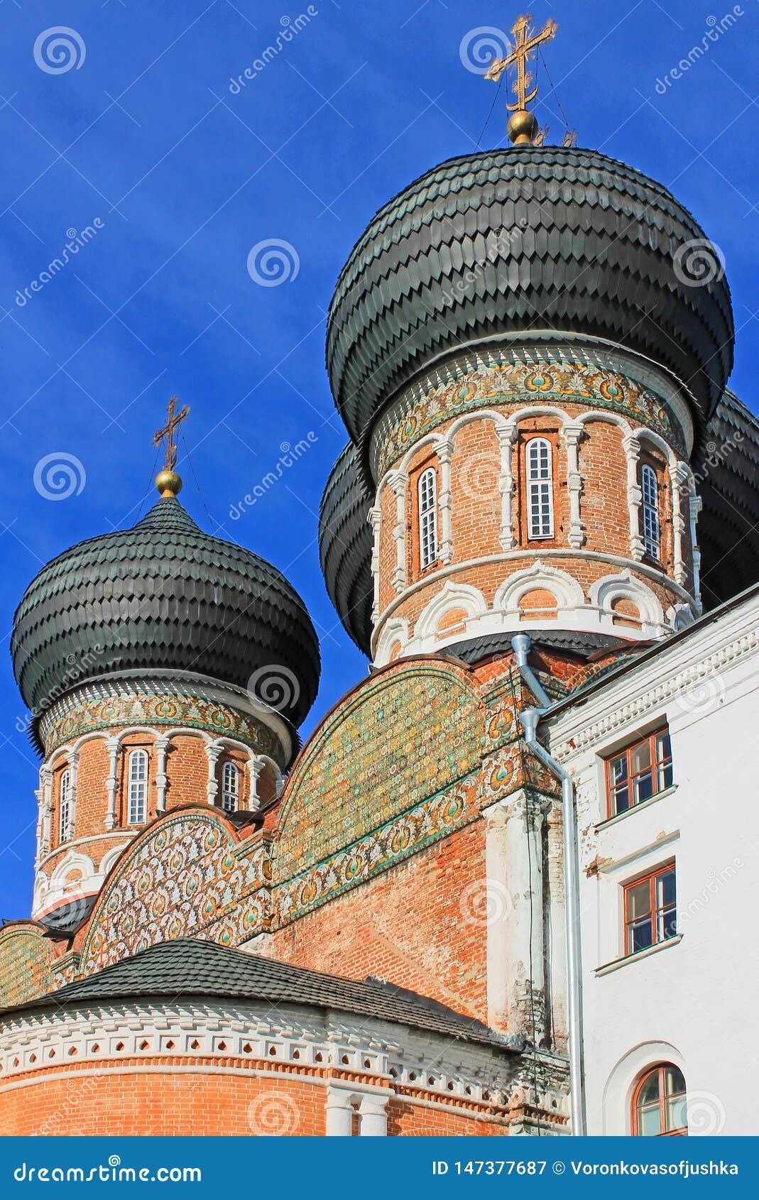 有黑圆顶的东正教在莫斯科俄罗斯Izmailovsky公园绿色春天树背景的
