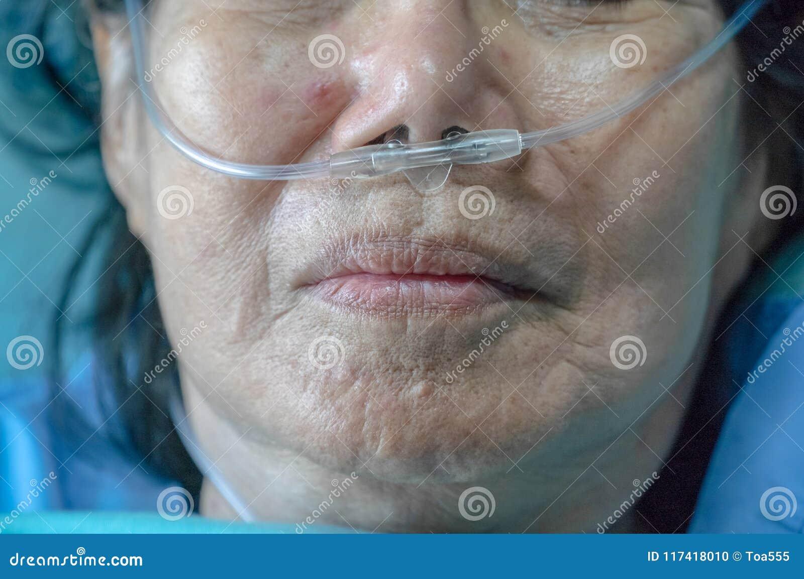 有鼻呼吸管的年长妇女