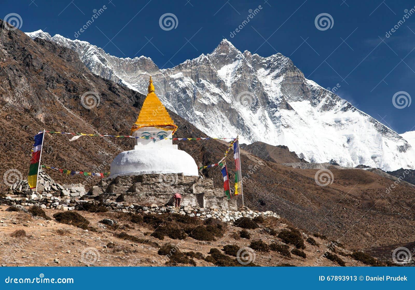 有登上的洛子峰Stupa和Dingboche村庄