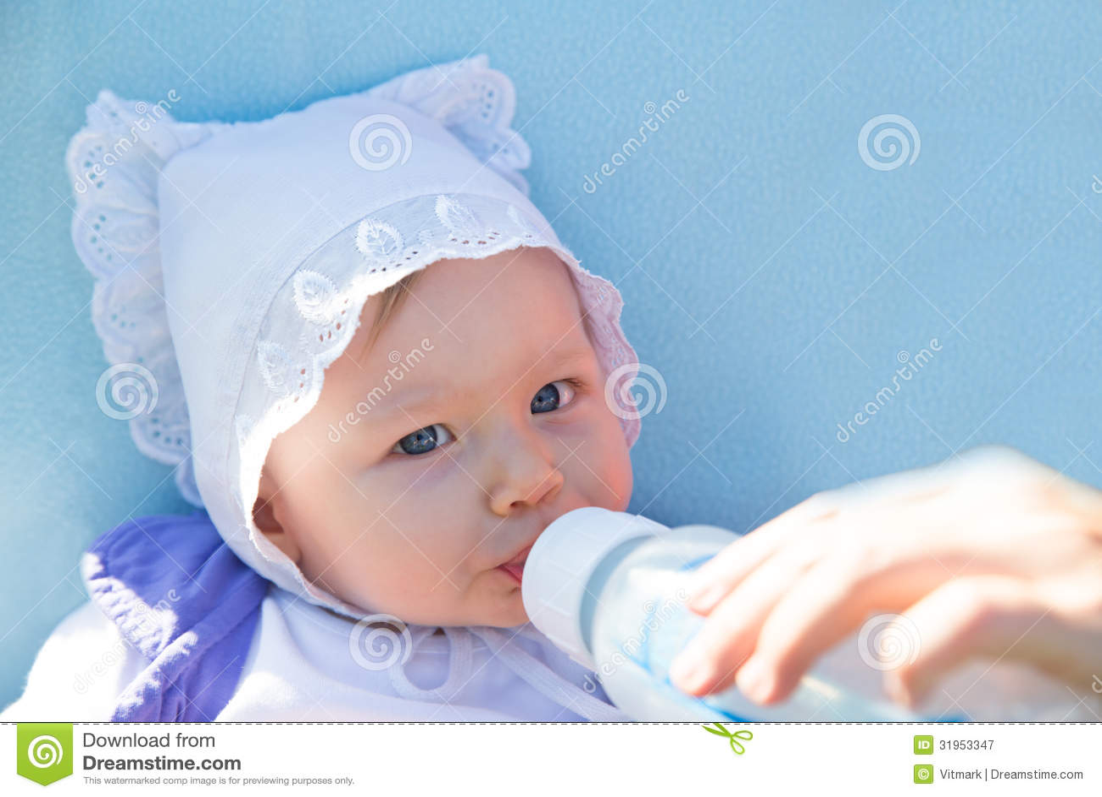 有婴儿惯例的可爱的儿童女孩在瓶饮用奶