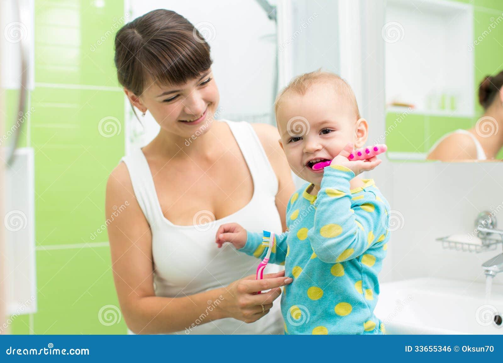 有婴孩掠过的牙的母亲