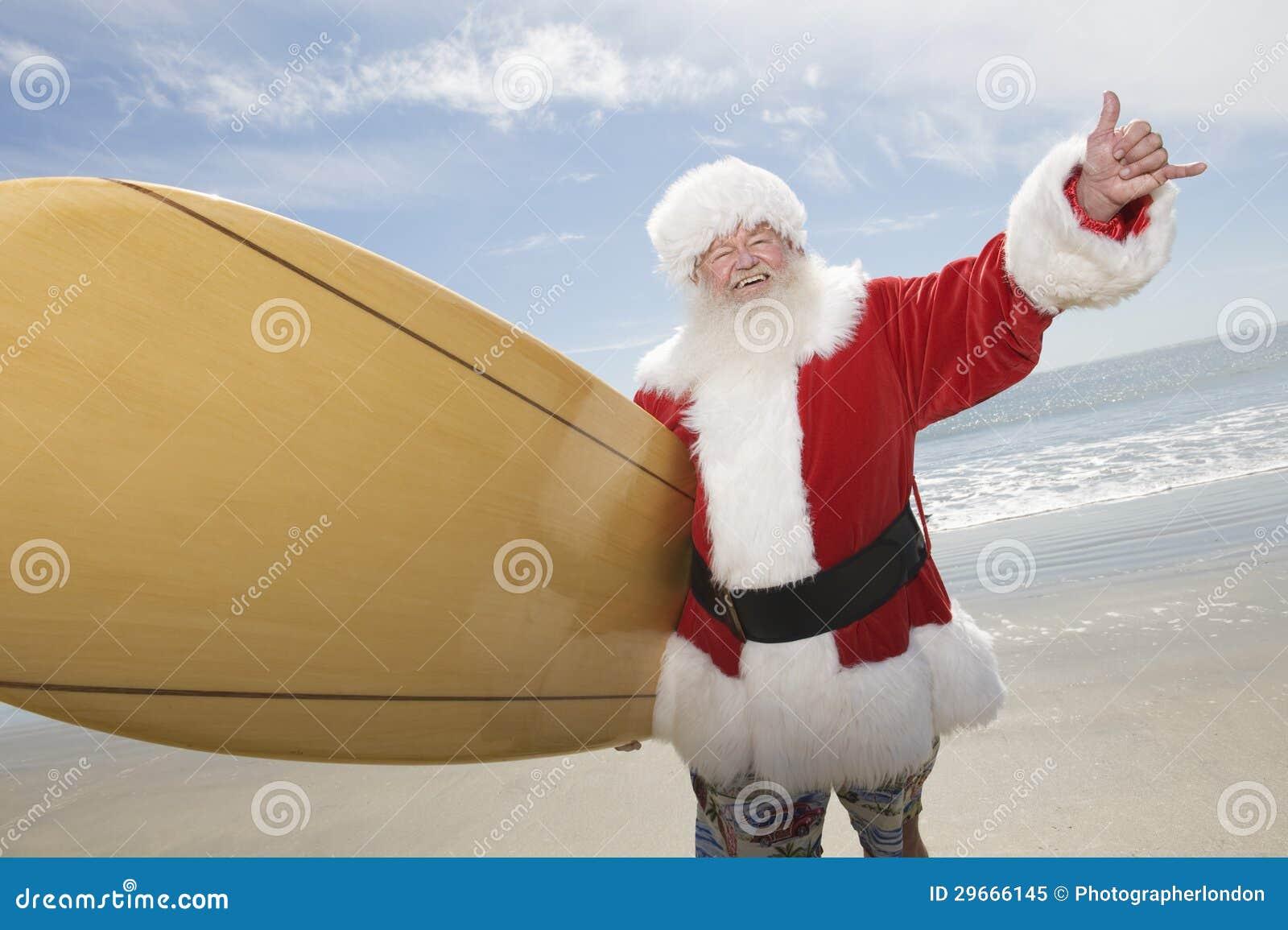 有水橇板的圣诞老人在海滩