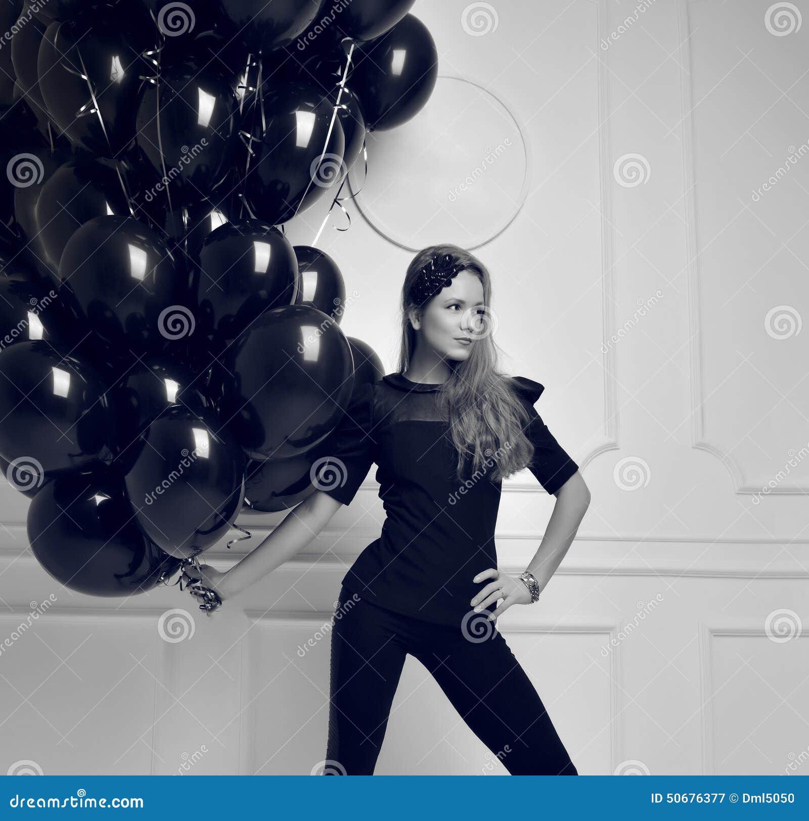 Download 有黑气球的年轻愉快的女孩作为一个礼物为生日p 库存图片. 图片 包括有 节假日, 背包, 演奏台, 女孩 - 50676377
